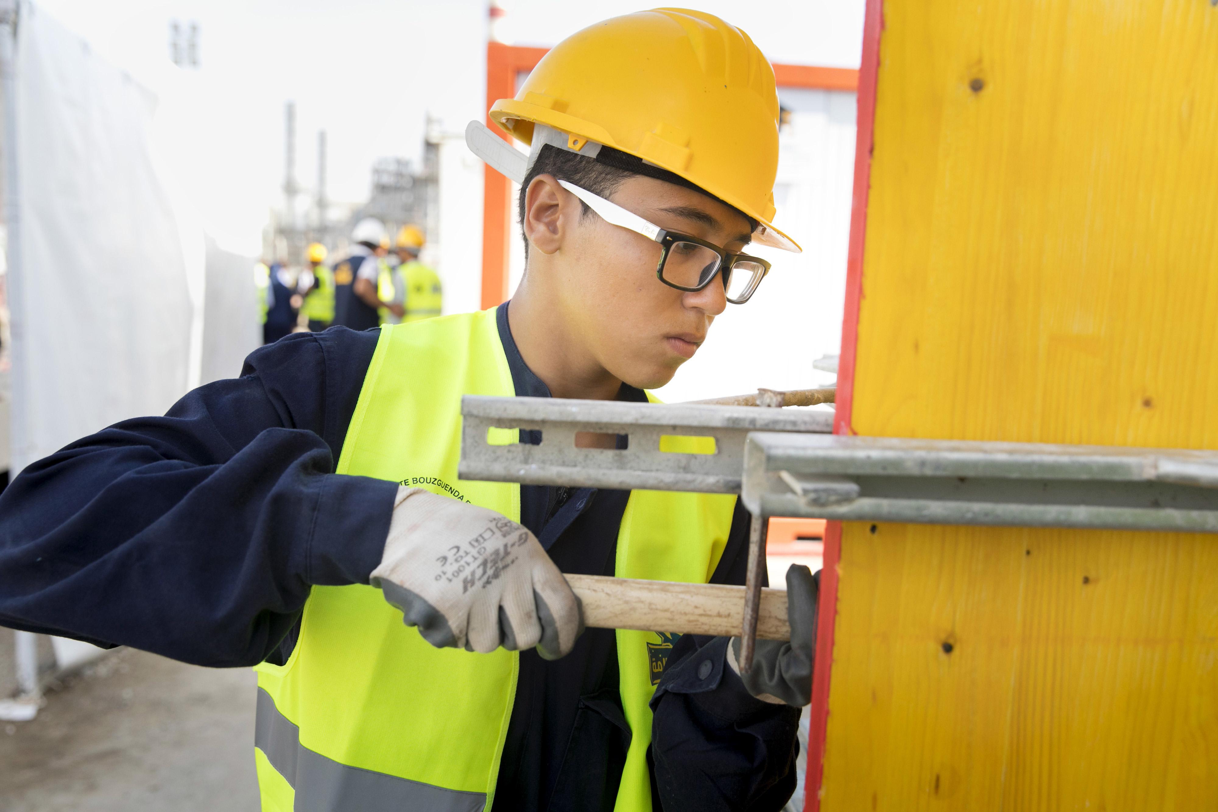 Ein Auszubildender im GIZ-Ausbildungscontainer in Tunis, in dem Handwerker ausgebildet werden
