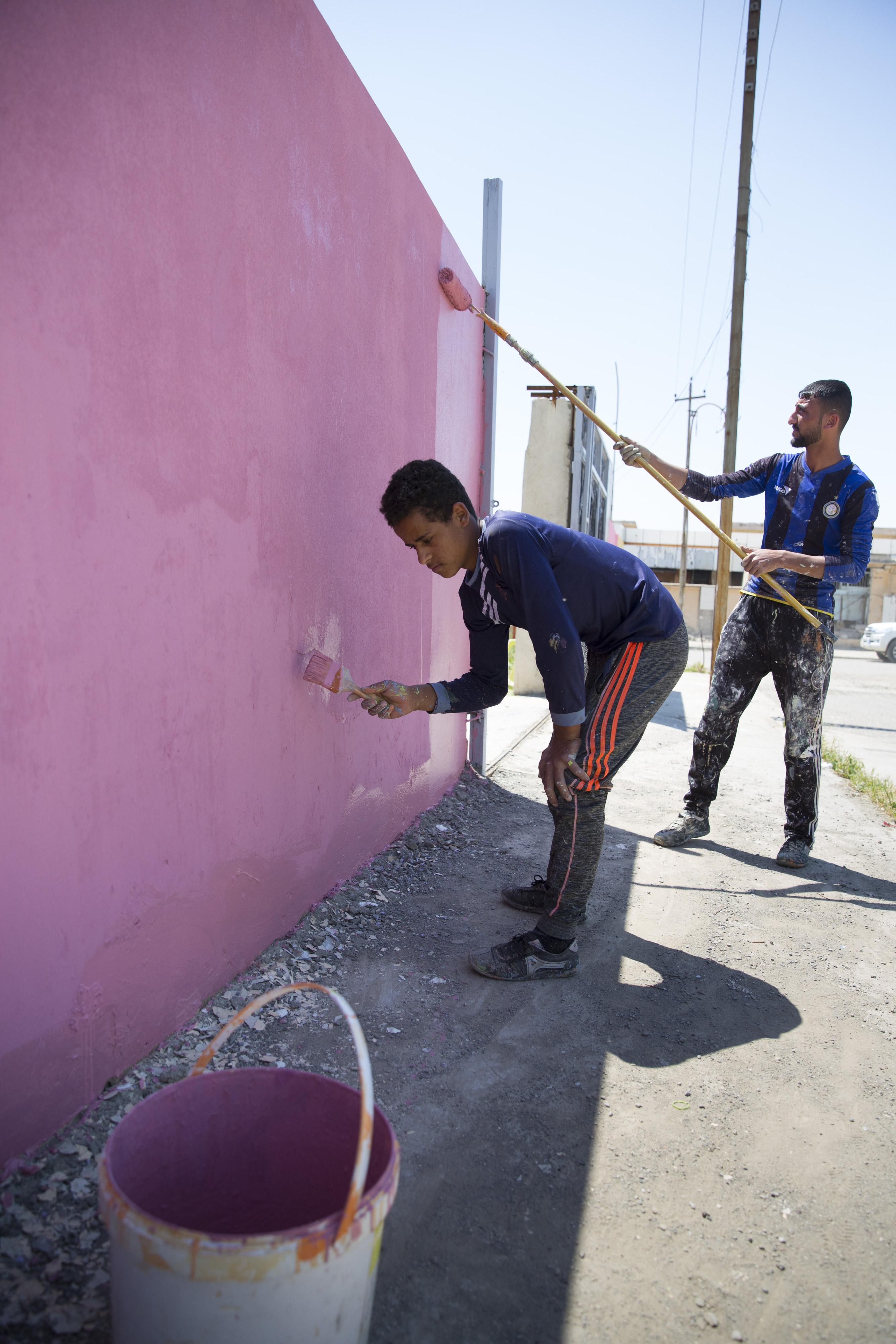 Im Rahmen eines Cash-for-Work-Projekts in Mossul wird eine Schule instandgesetzt.