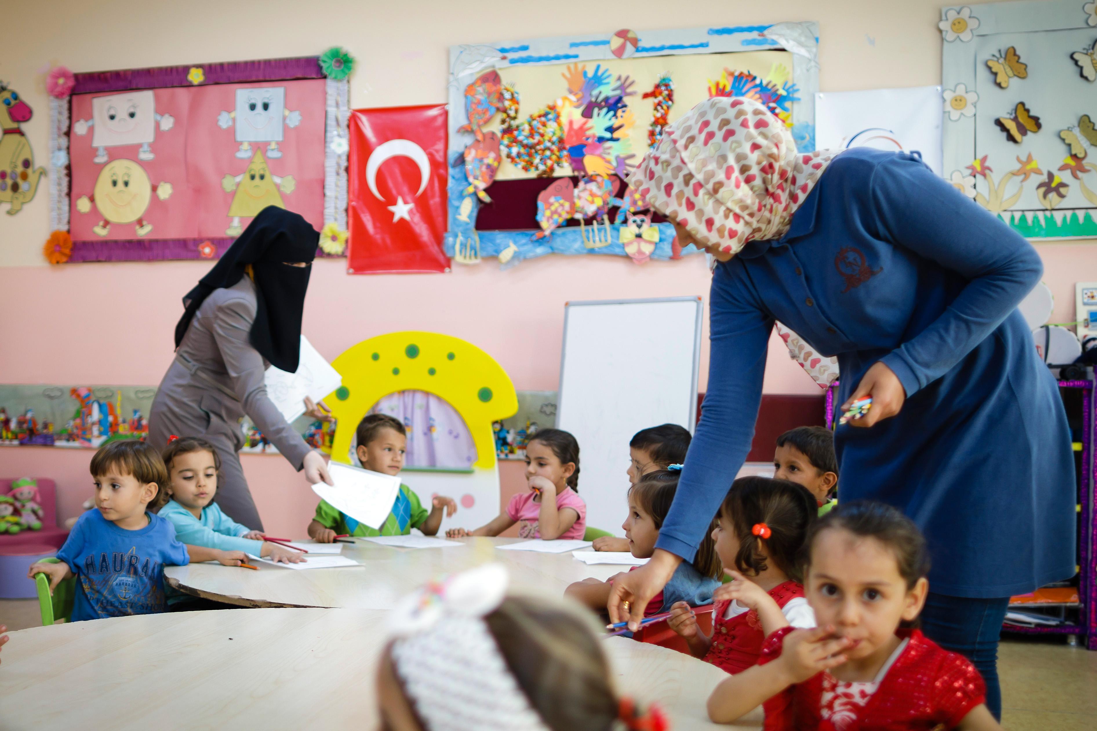 Zwei Lehrerinnen unterrichten syrische Kinder in einer Vorschule in einem Lager für Geflüchtete in der Türkei