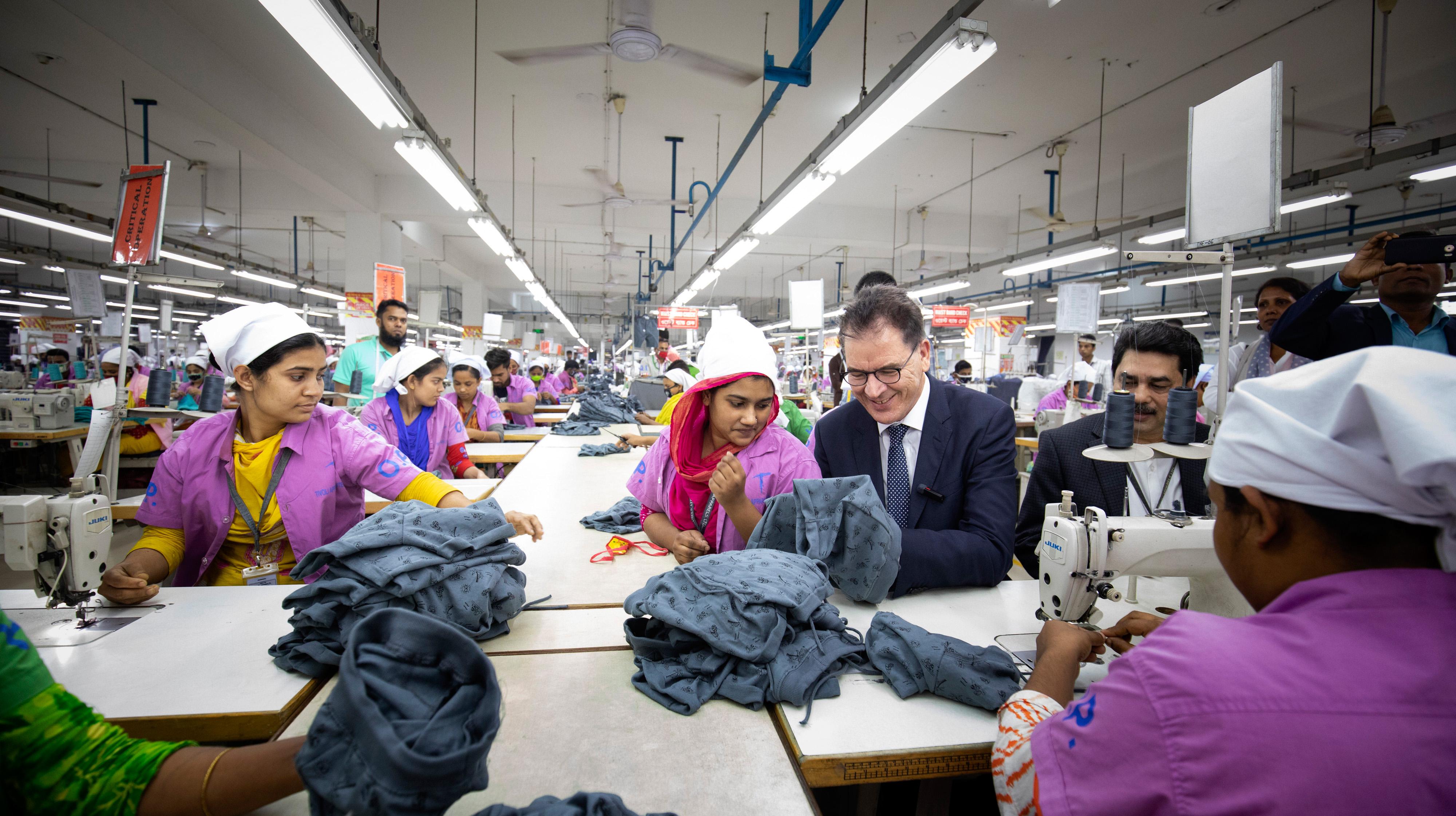 Bundesentwicklungsminister Gerd Müller am 25. Februar 2020 beim Besuch der Textilfabrik Tivoli Apparels Ltd. in Dhaka, Bangladesch