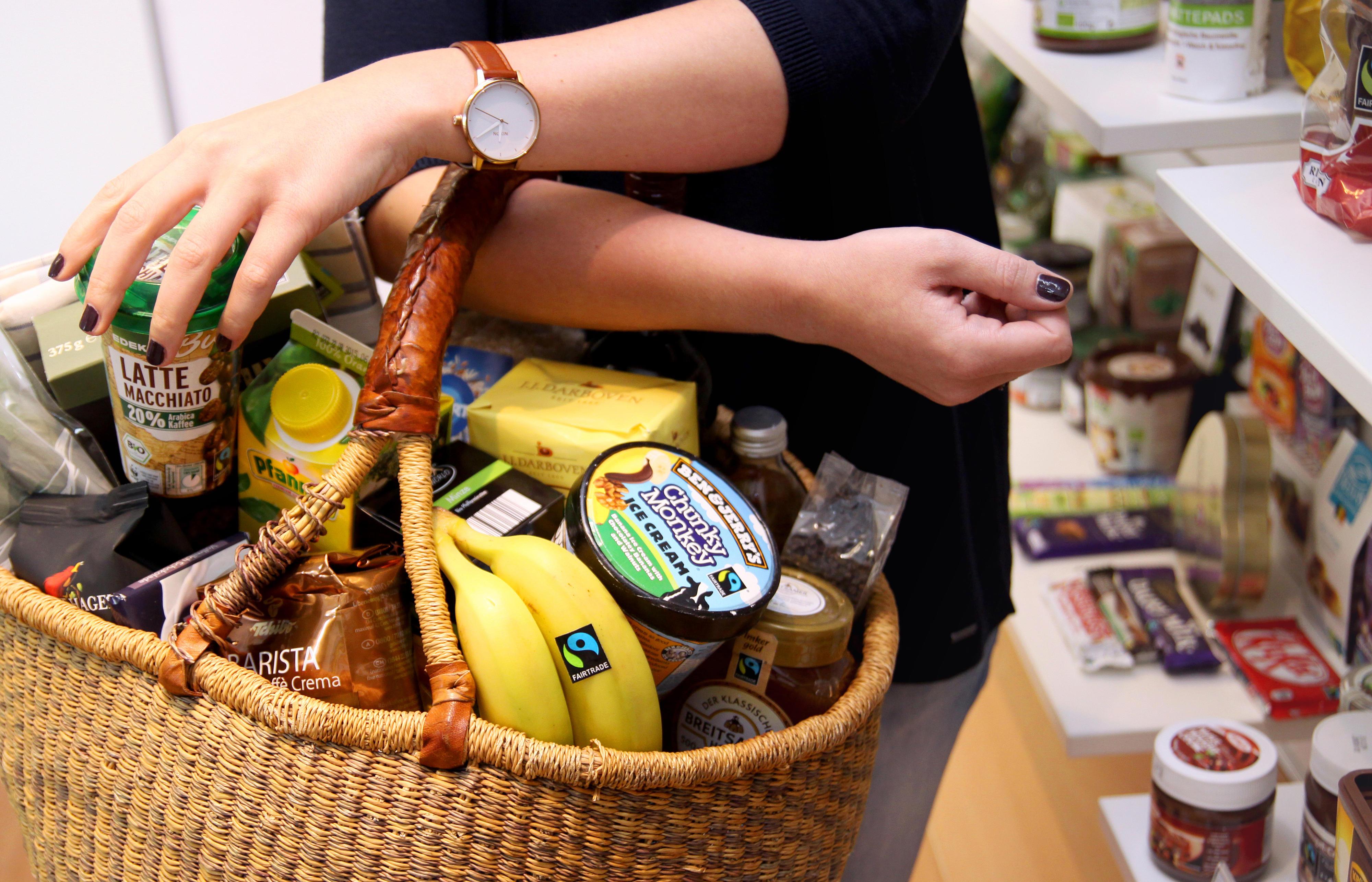 Einkaufskorb mit Fairtrade-Produkten