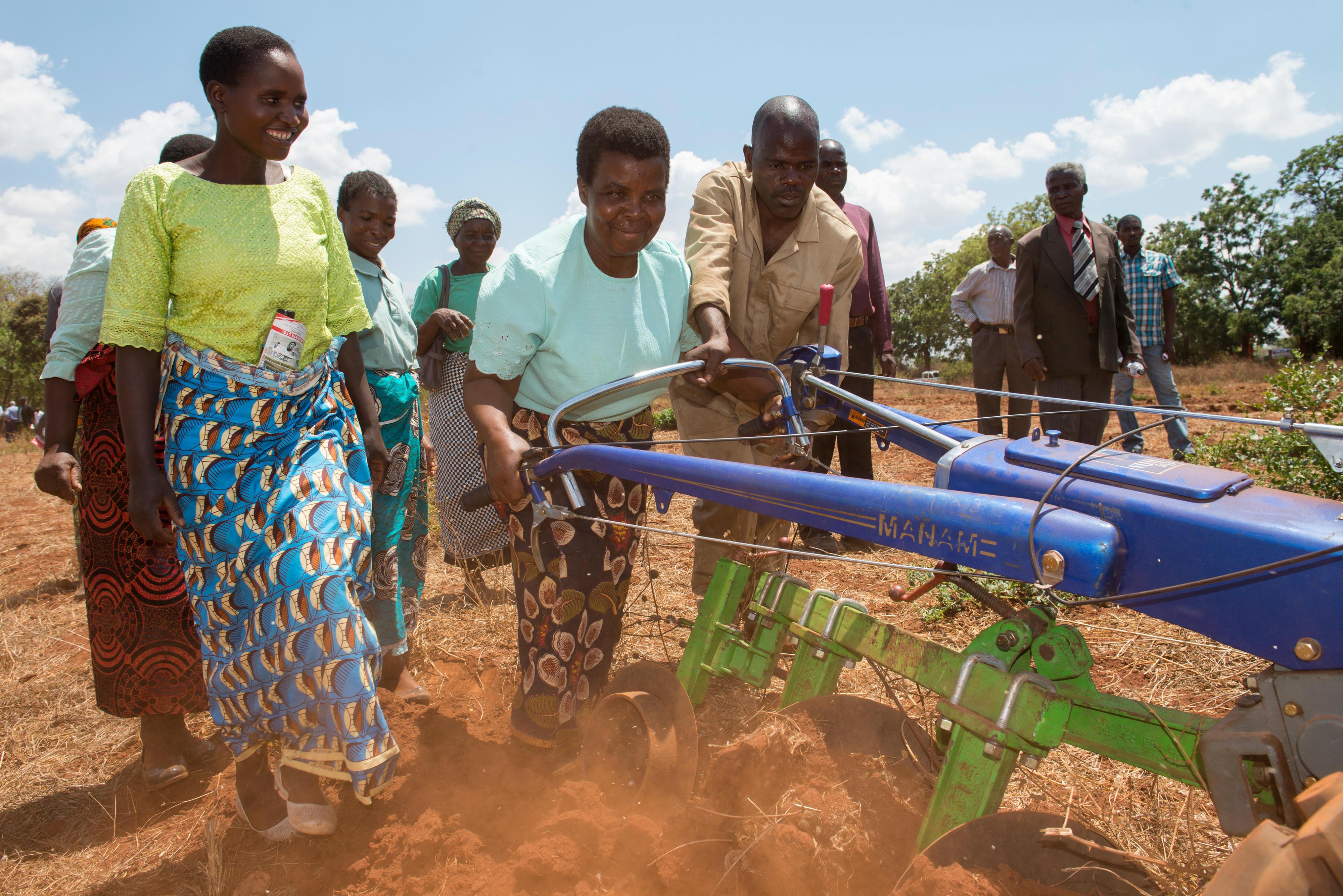 Eine Bäuerin beim Handtraktor-Training: An der landwirtschaftlichen und naturwissenschaftlichen Universität von Malawi können sich Bäuerinnen und Bauern Zugmaschinen zu günstigen Preisen tageweise ausleihen.