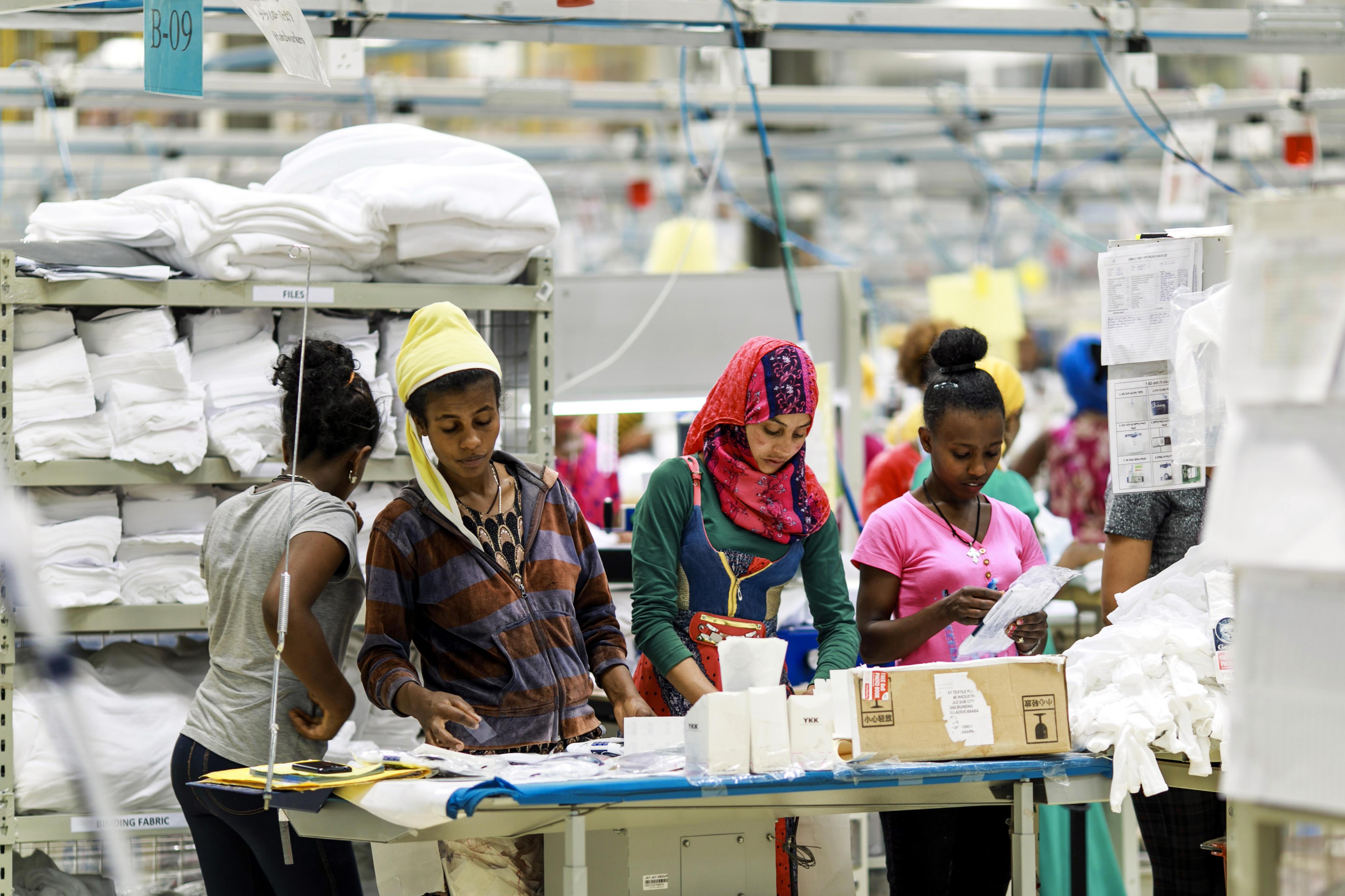 Arbeiterinnen in einer Fabrik für Textilien in Äthiopien