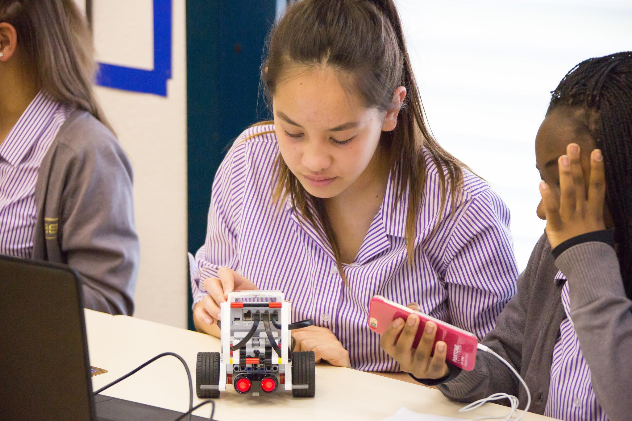 """Schülerinnen der British School in Genf nehmen im Rahmen eines """"IKT-Tages"""" an einem Workshop teil."""