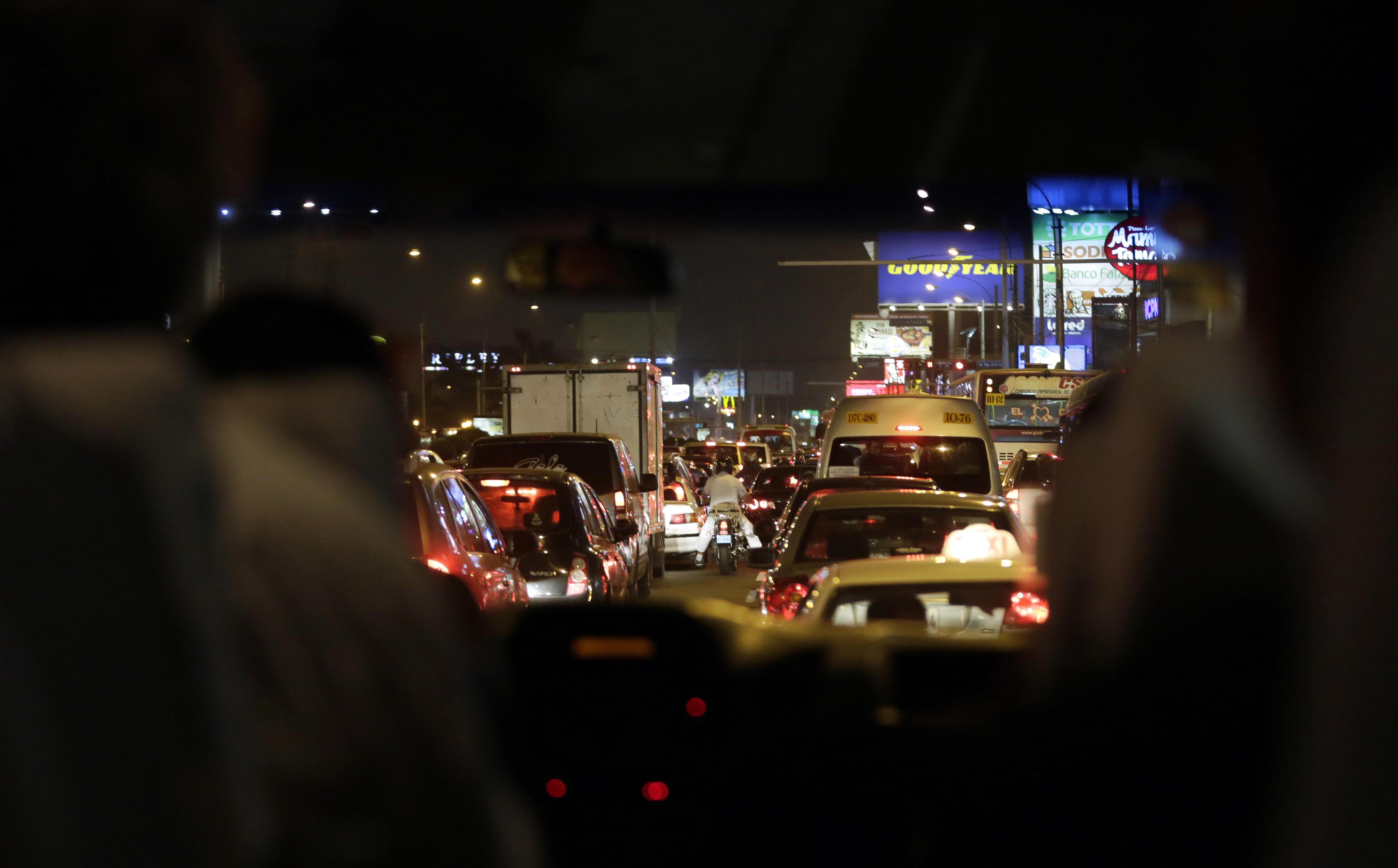 Nächtlicher Straßenverkehr in Lima
