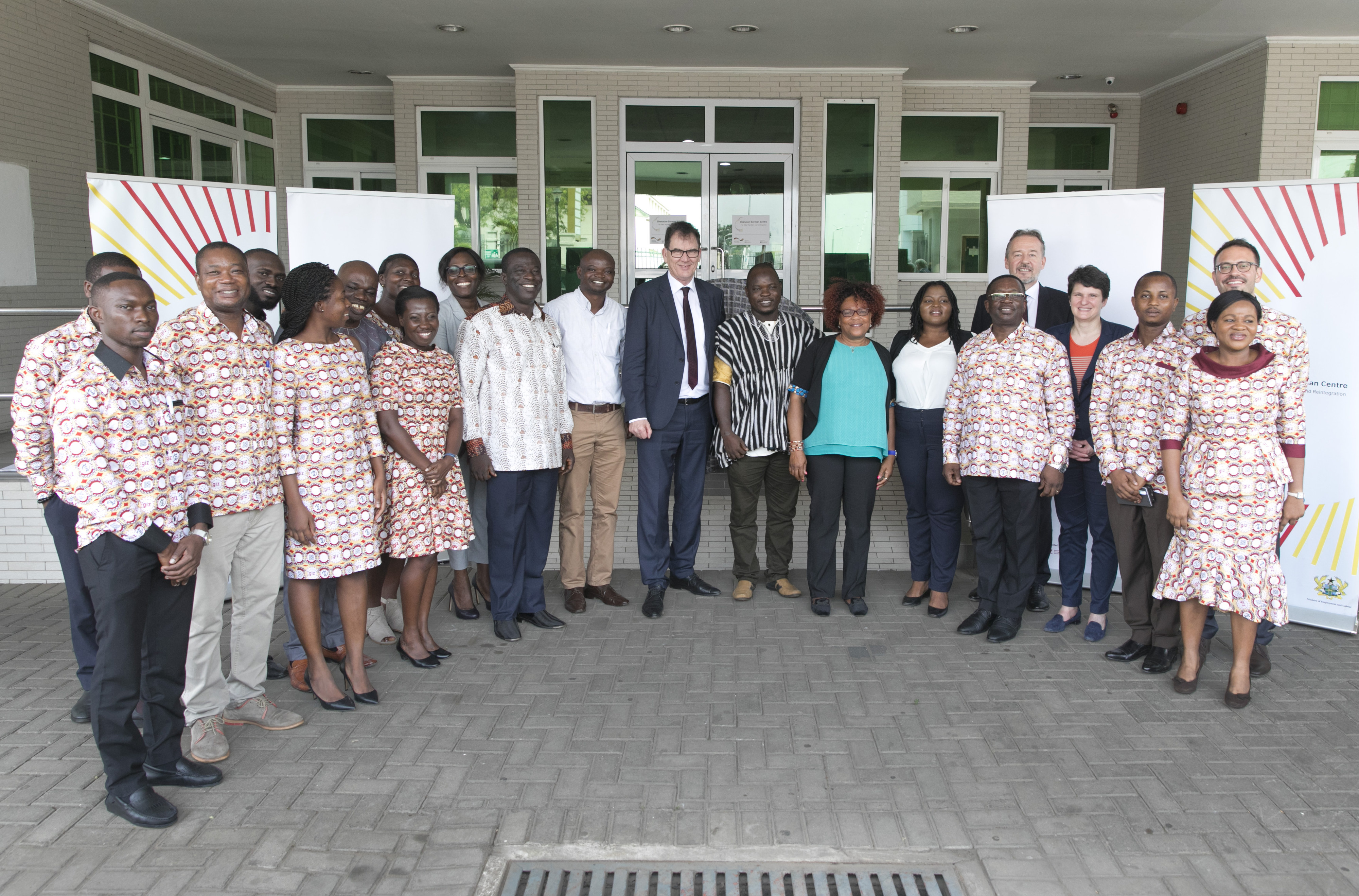 Mitarbeiterinnen und Mitarbeiter des deutsch-ghanaischen Beratungszentrum für Migranten und Rückkehrer in Accra, Ghana. Das Beratungszentrum wurde im Dezember 2017 eröffnet und hat seitdem mehr als 7.000 Maßnahmen zur Jobvermittlung, Existenzgründung und Qualifizierung gefördert.