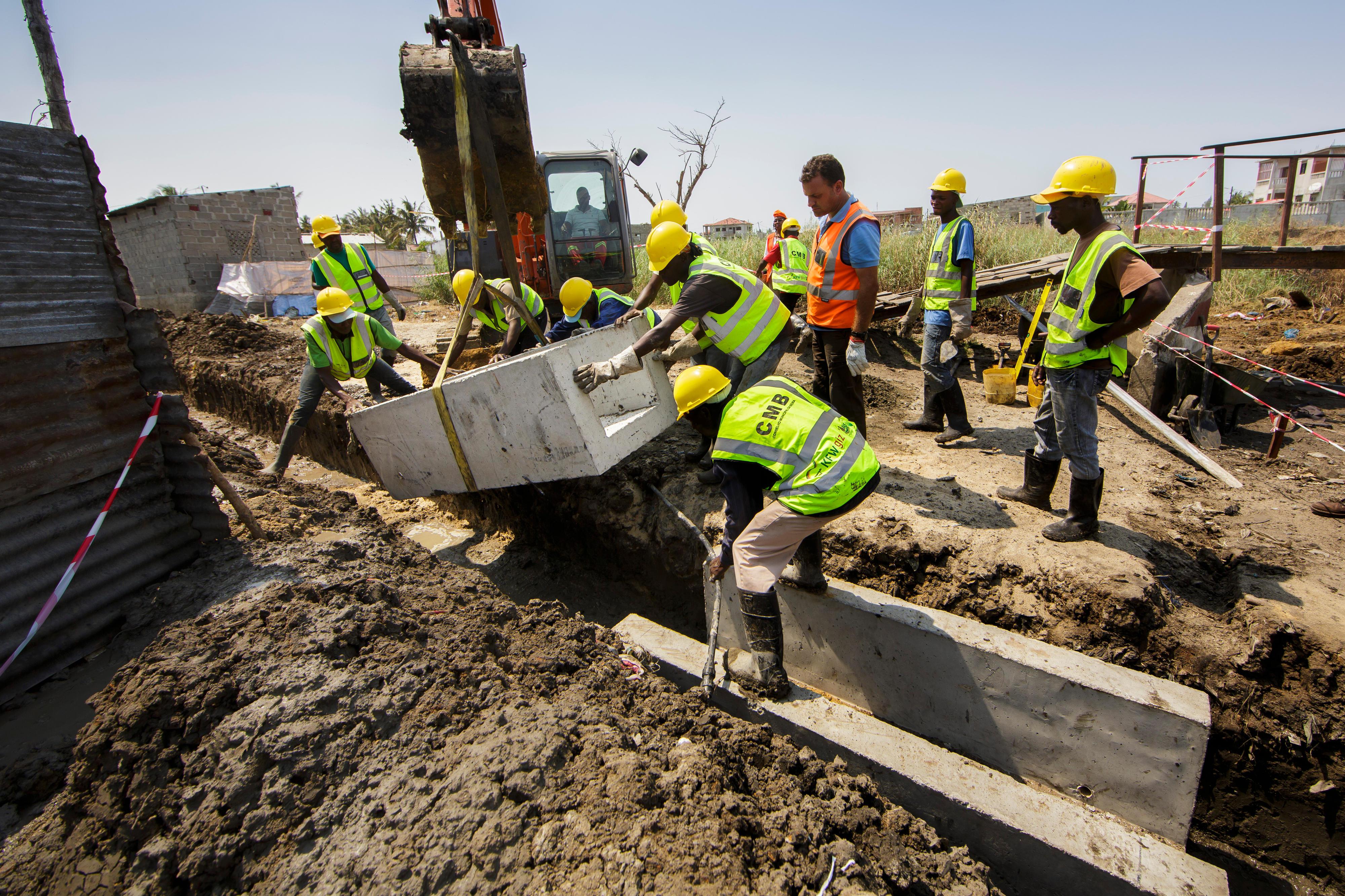 Bau eines Abwasserkanals in Beira, Mosambik
