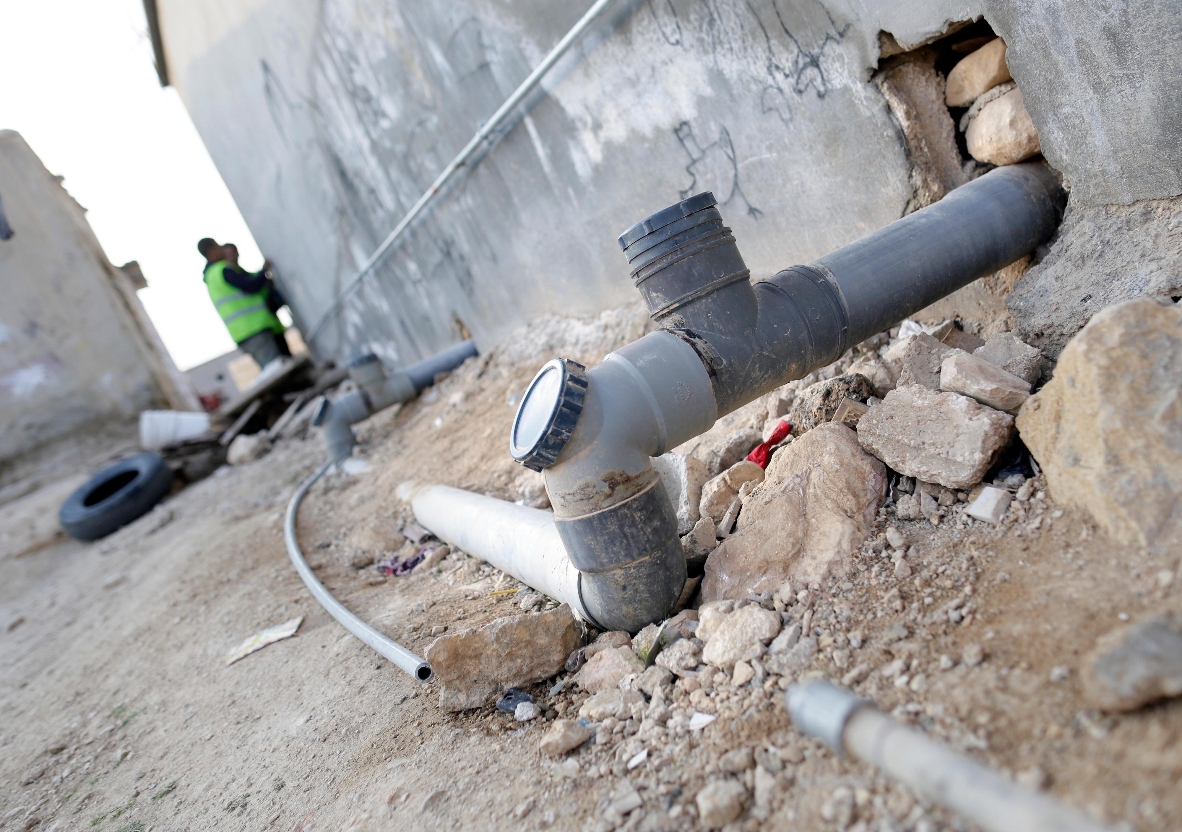 An einem Haus in der Stadt Mafraq in Jordanien werden Trink- und Abwasserleitungen verlegt.
