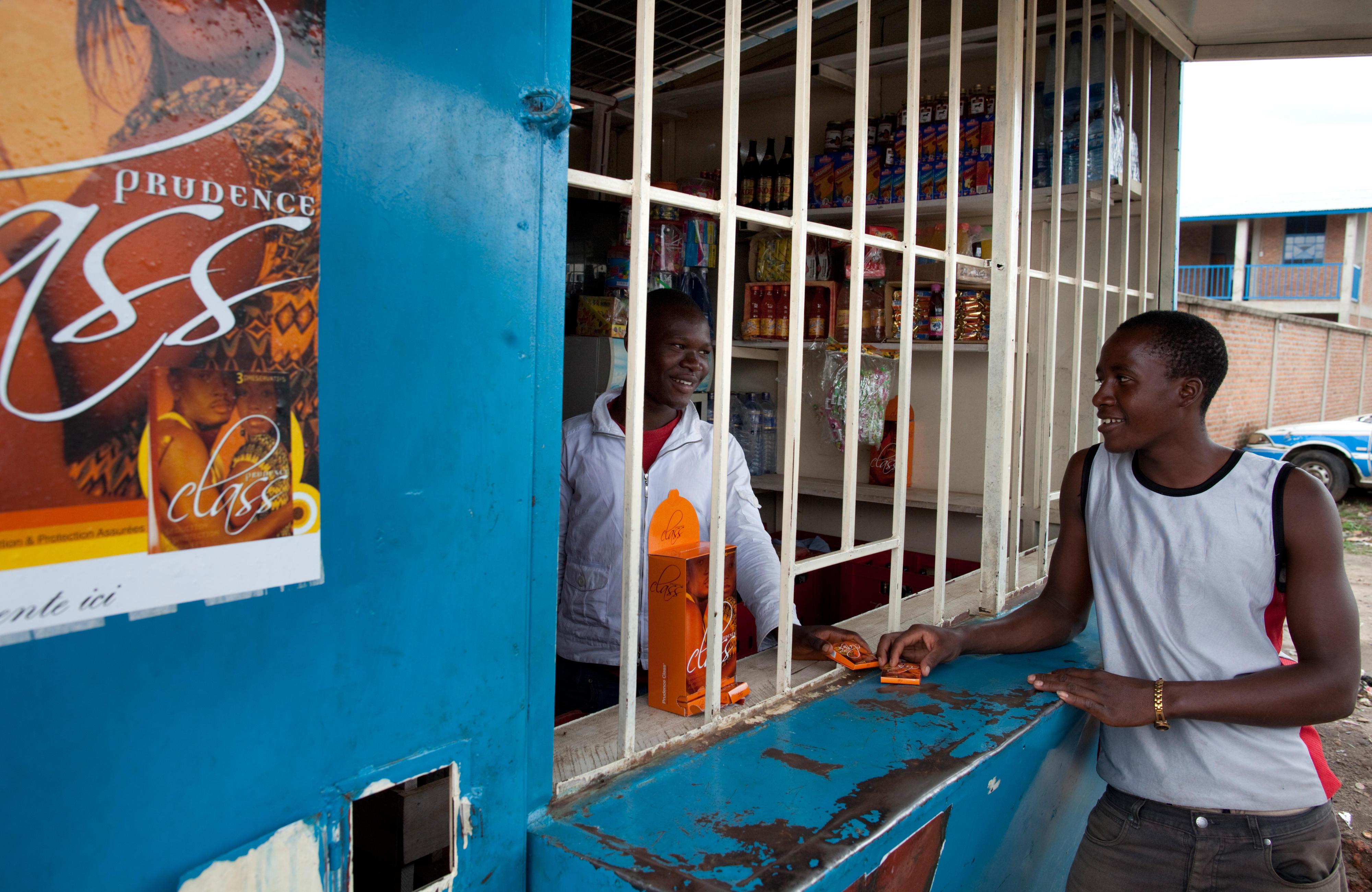 Verkauf von Kondomen an einem Kiosk in Bujumbura, Burundi