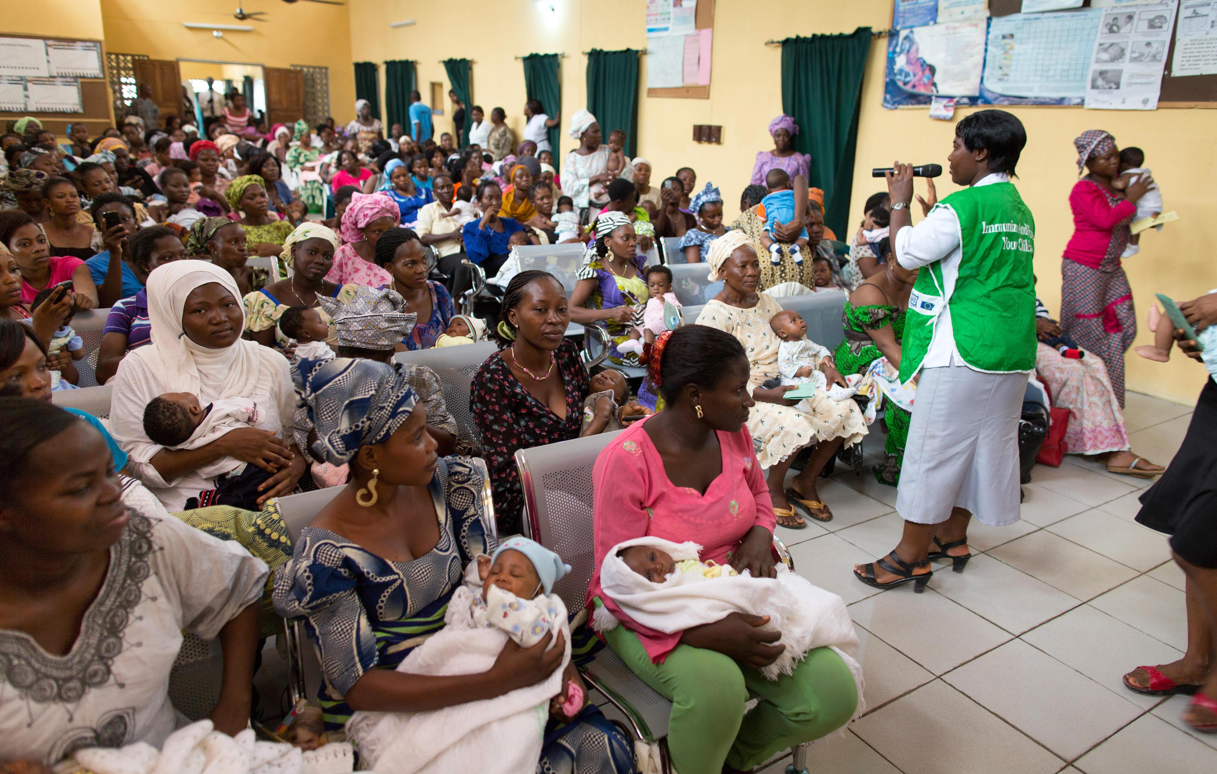 In einer Gesundheitsstation in Abeokuta, Nigeria, werden Babys gegen Kinderlähmung geimpft.