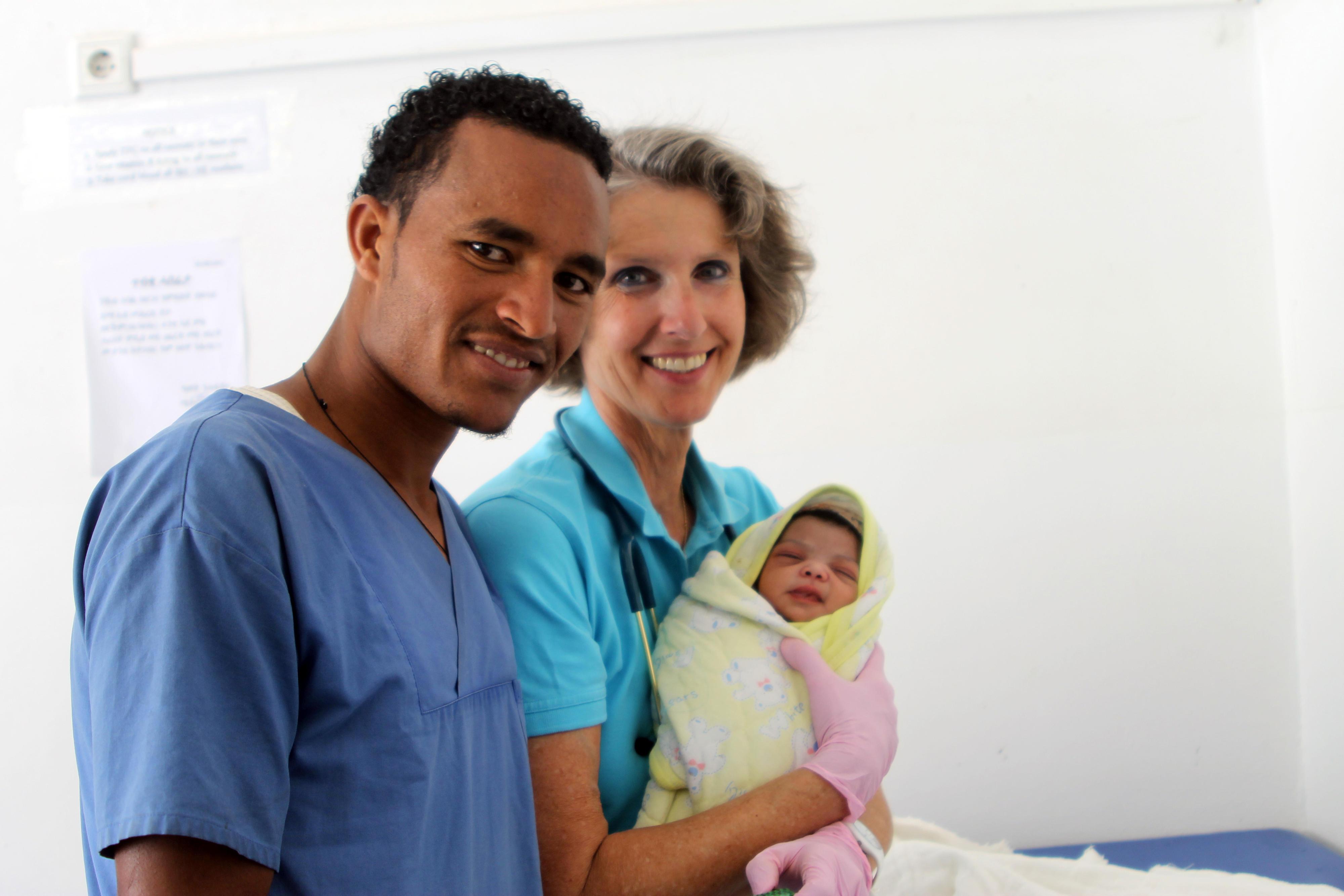Medizinisches Personal versorgt ein Neugeborenes in einem Partnerkrankenhaus in Eritrea