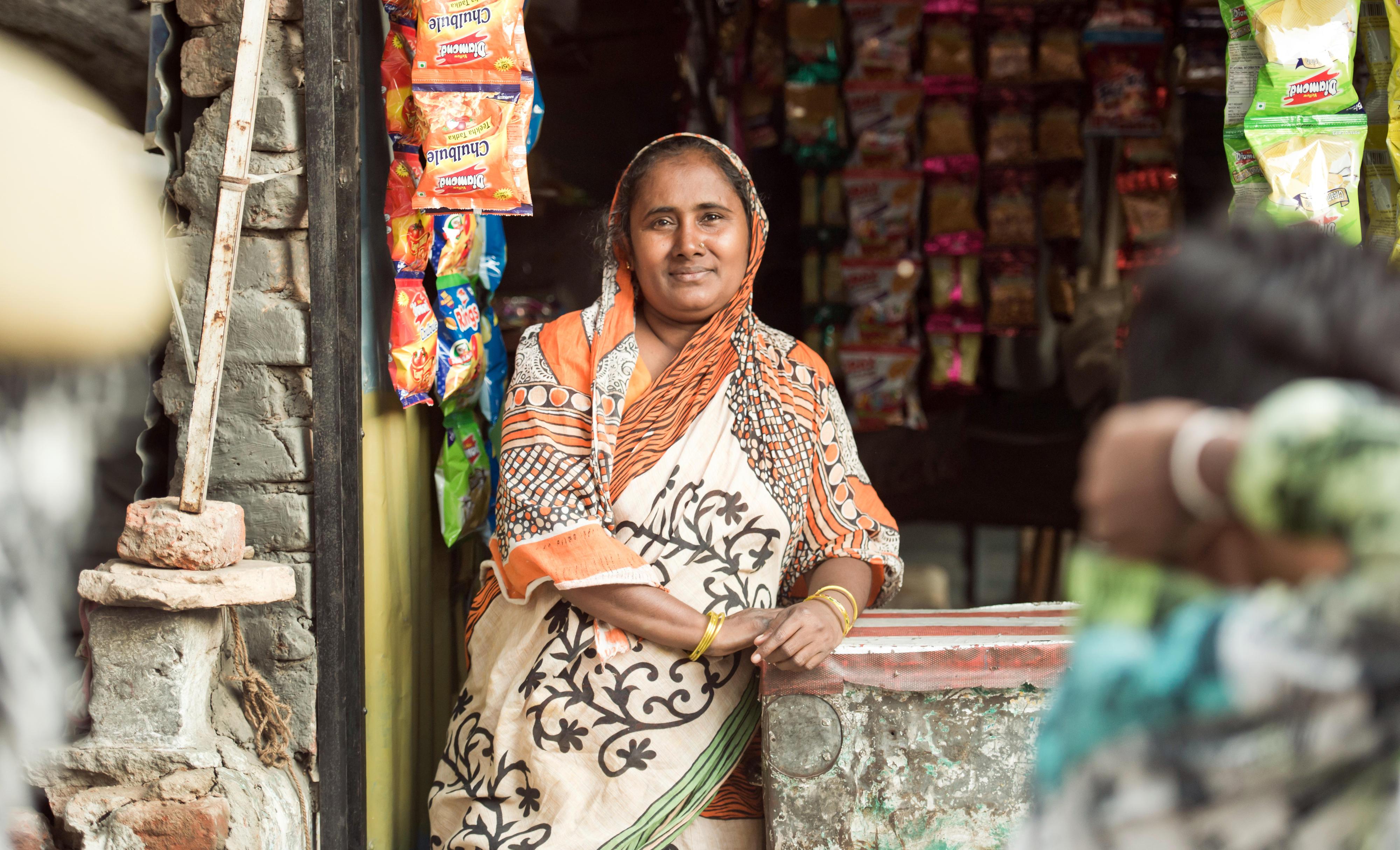 Besitzerin eines kleinen Ladens in einem Slum in Neu-Delhi