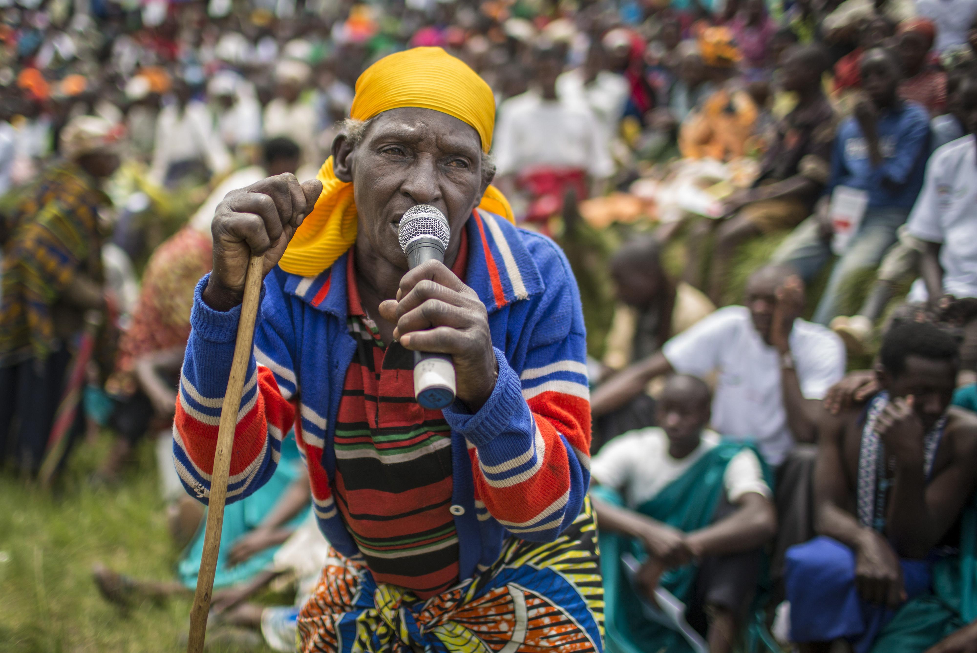 Ein Mann aus Musebeya in Ruanda spricht während eines öffentlichen Dialogs über die Verbesserung der politischen Teilhabe von Bürgerinnen und Bürgern.