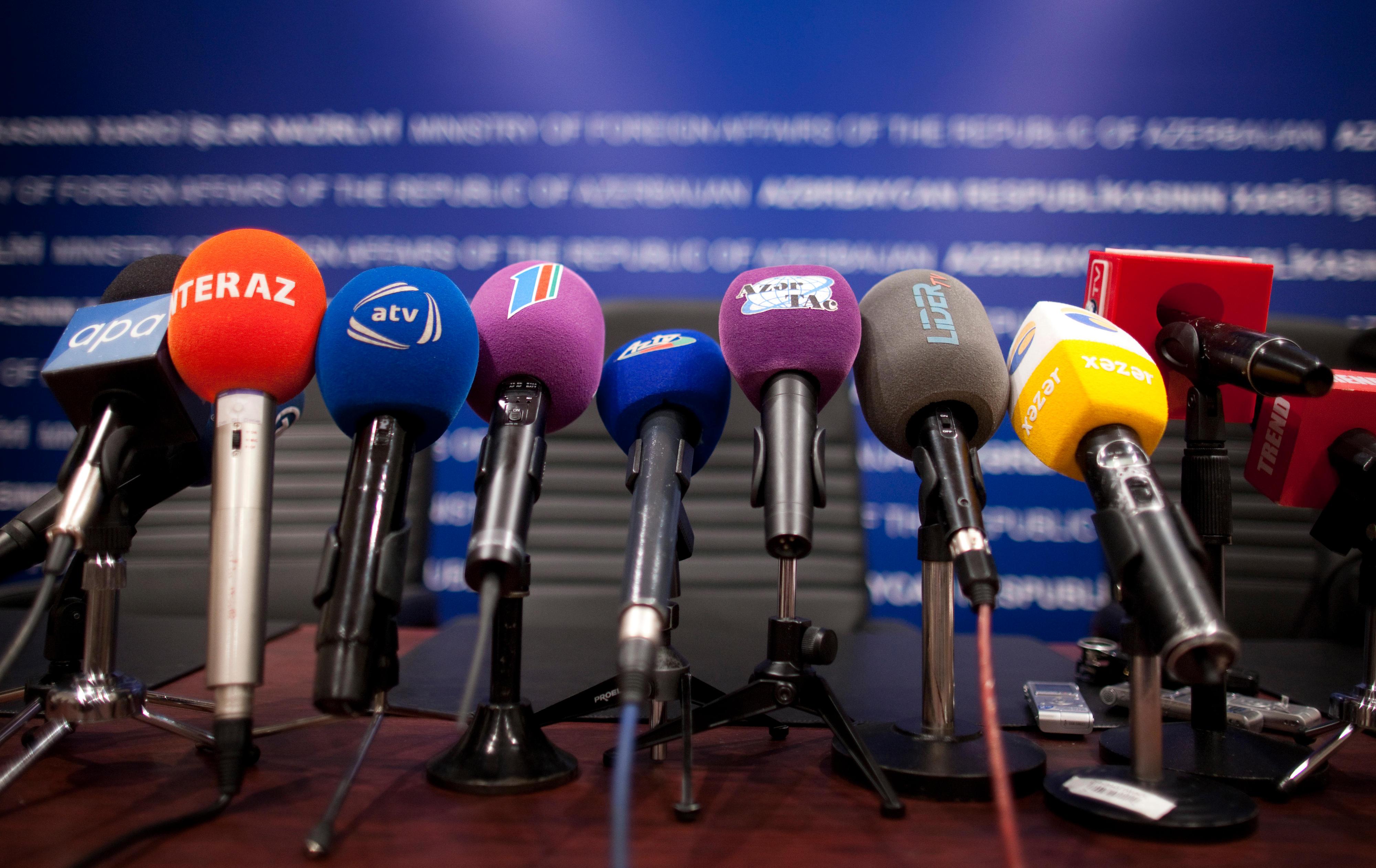 Mikrofone von Journalisten auf einer Pressekonferenz in Baku, Aserbaidschan
