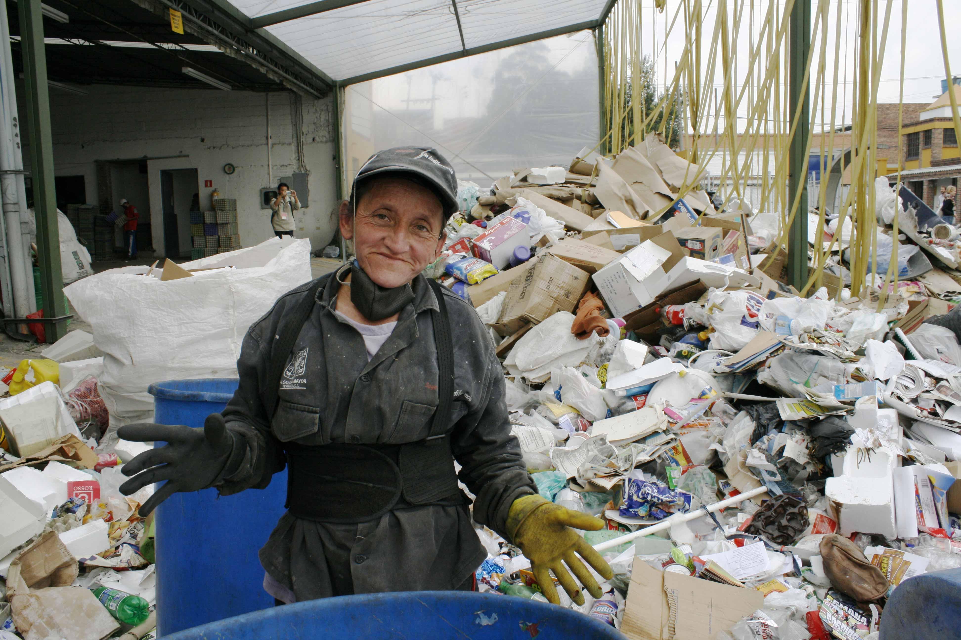 Arbeiterin in einem Recycling-Zentrum in Kolumbien