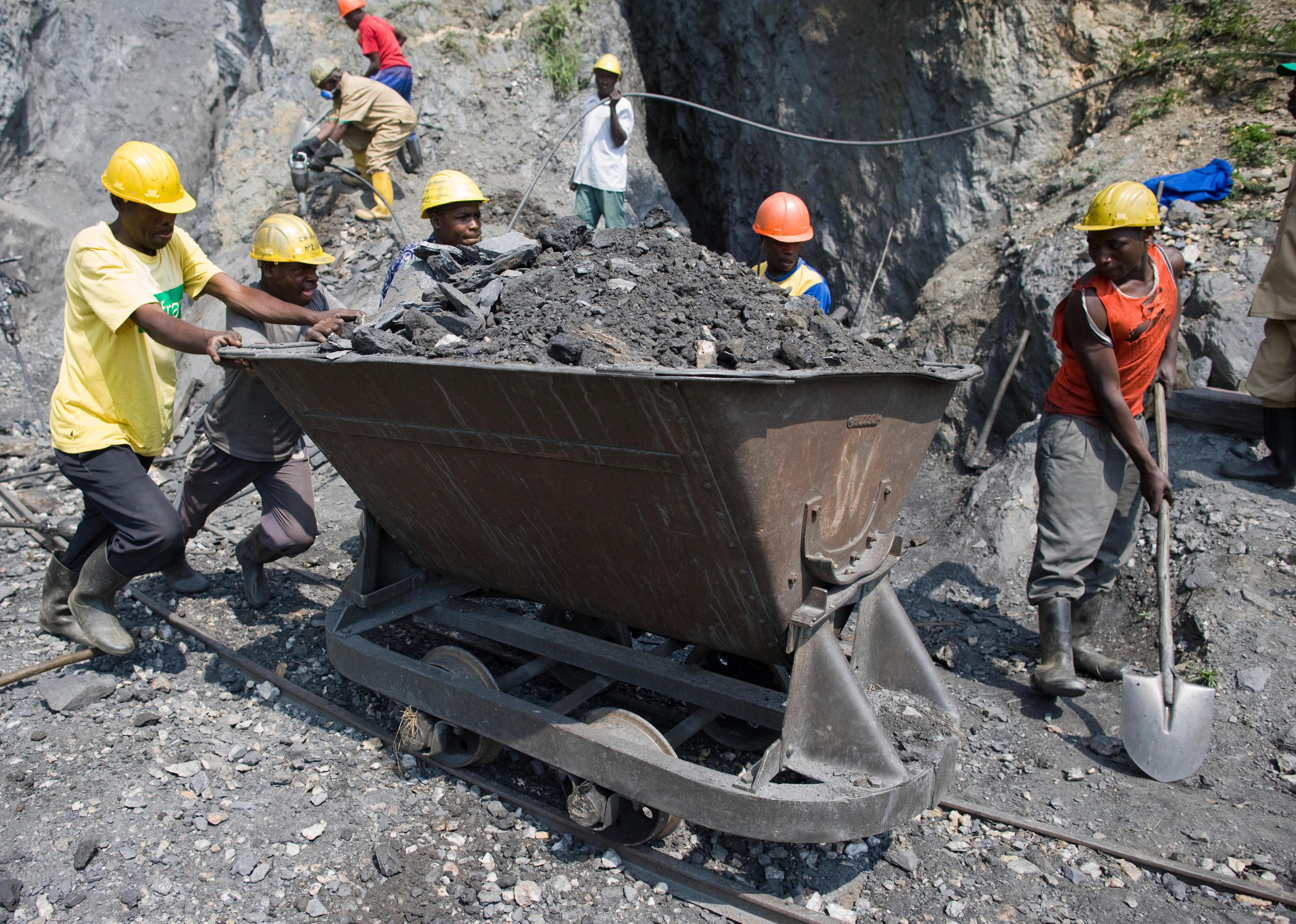 Arbeiter in einer Wolfram-Mine in Ruanda