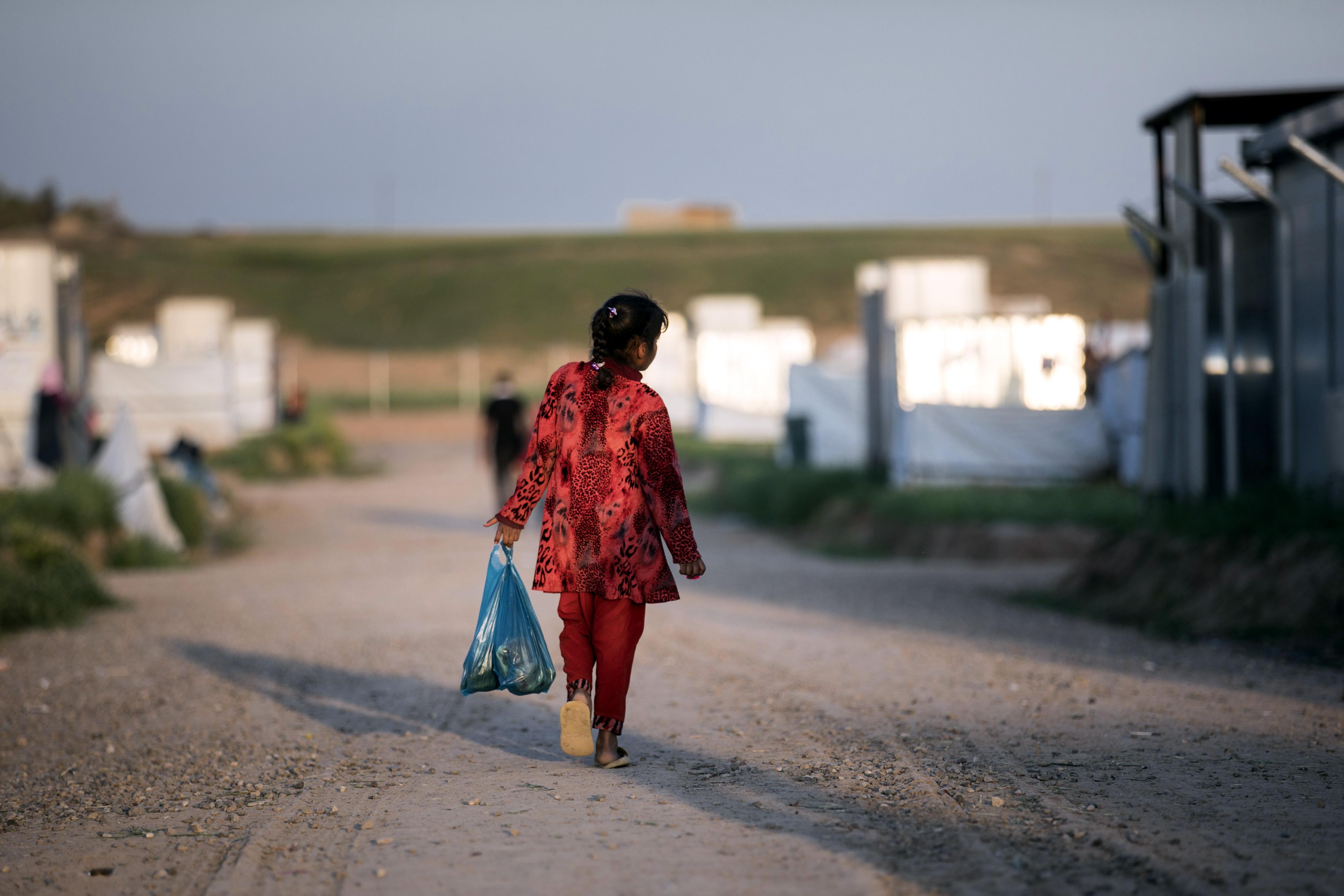 Kinder spielen neben Wassertanks in der Flüchtlingsunterkunft 'Hasansham U3' nahe Hasansham im Irak