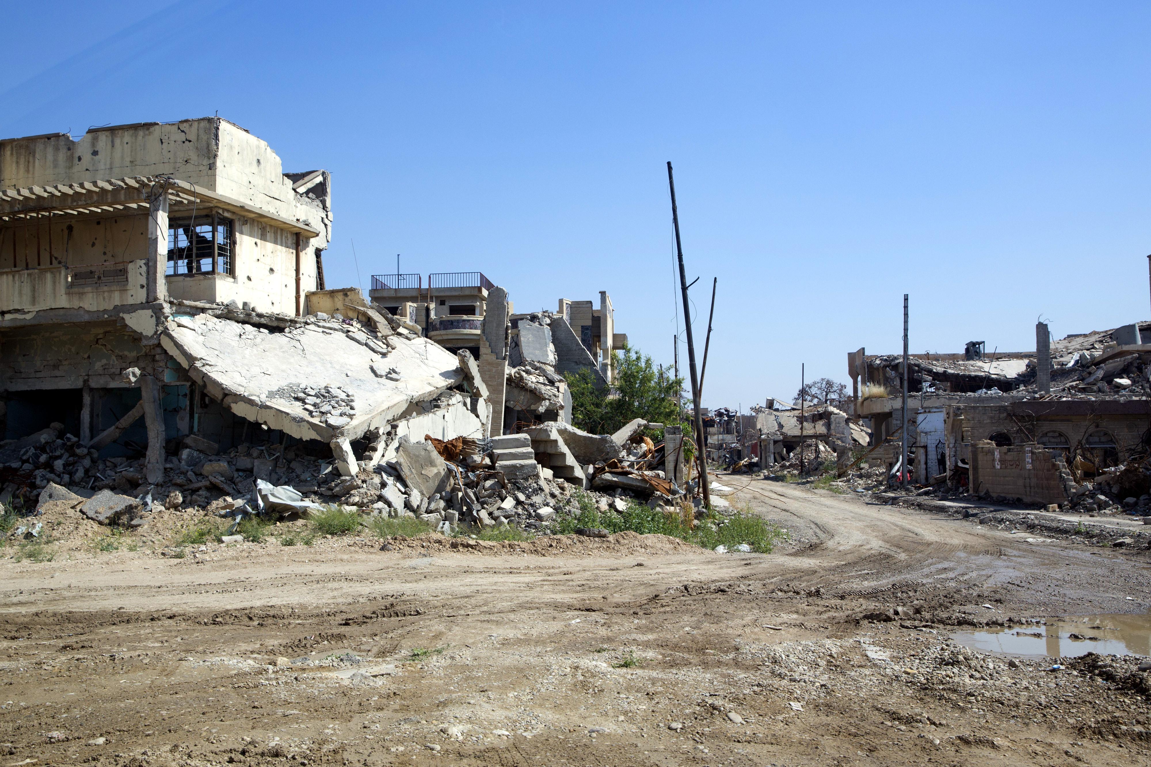 Menschen in der zerstörten Altstadt von Mossul, Irak