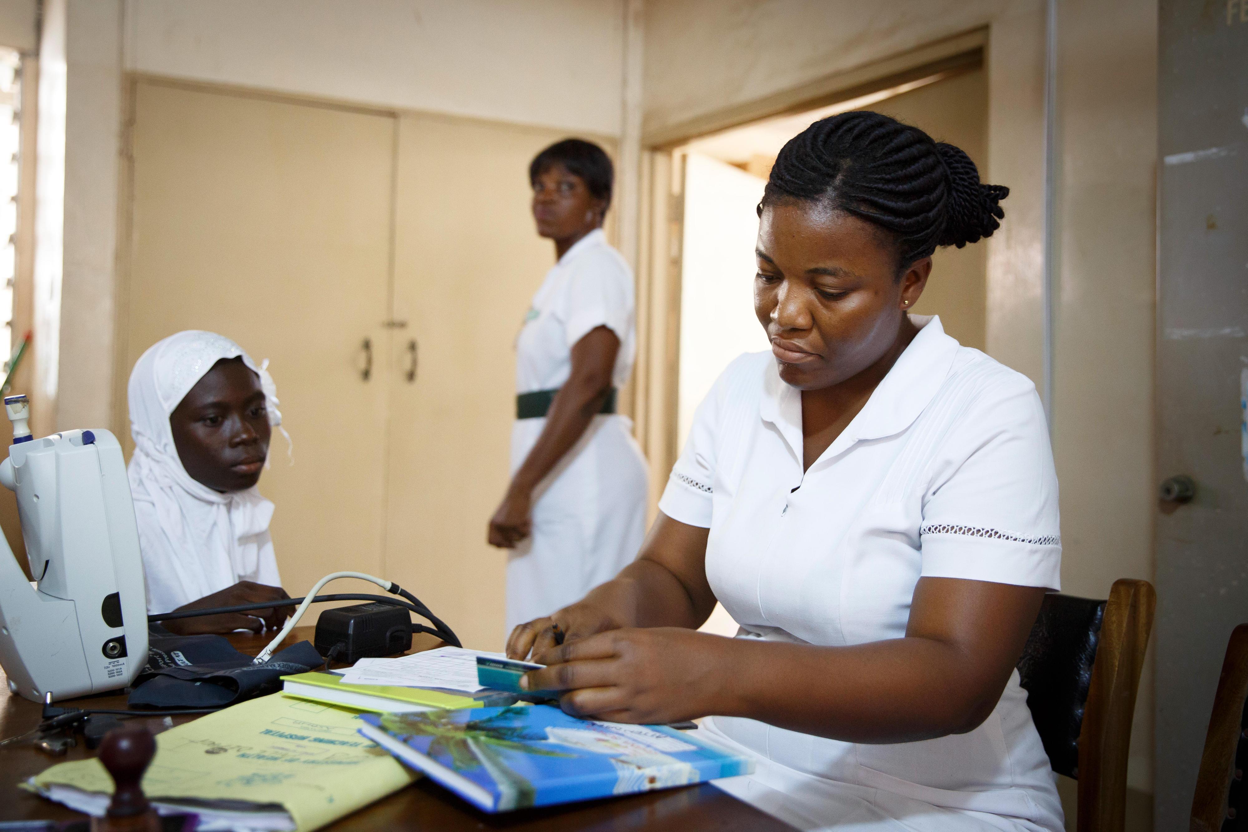 Die Daten einer Patientin werden in der Universitätsklinik in Accra, Ghana, aufgenommen.