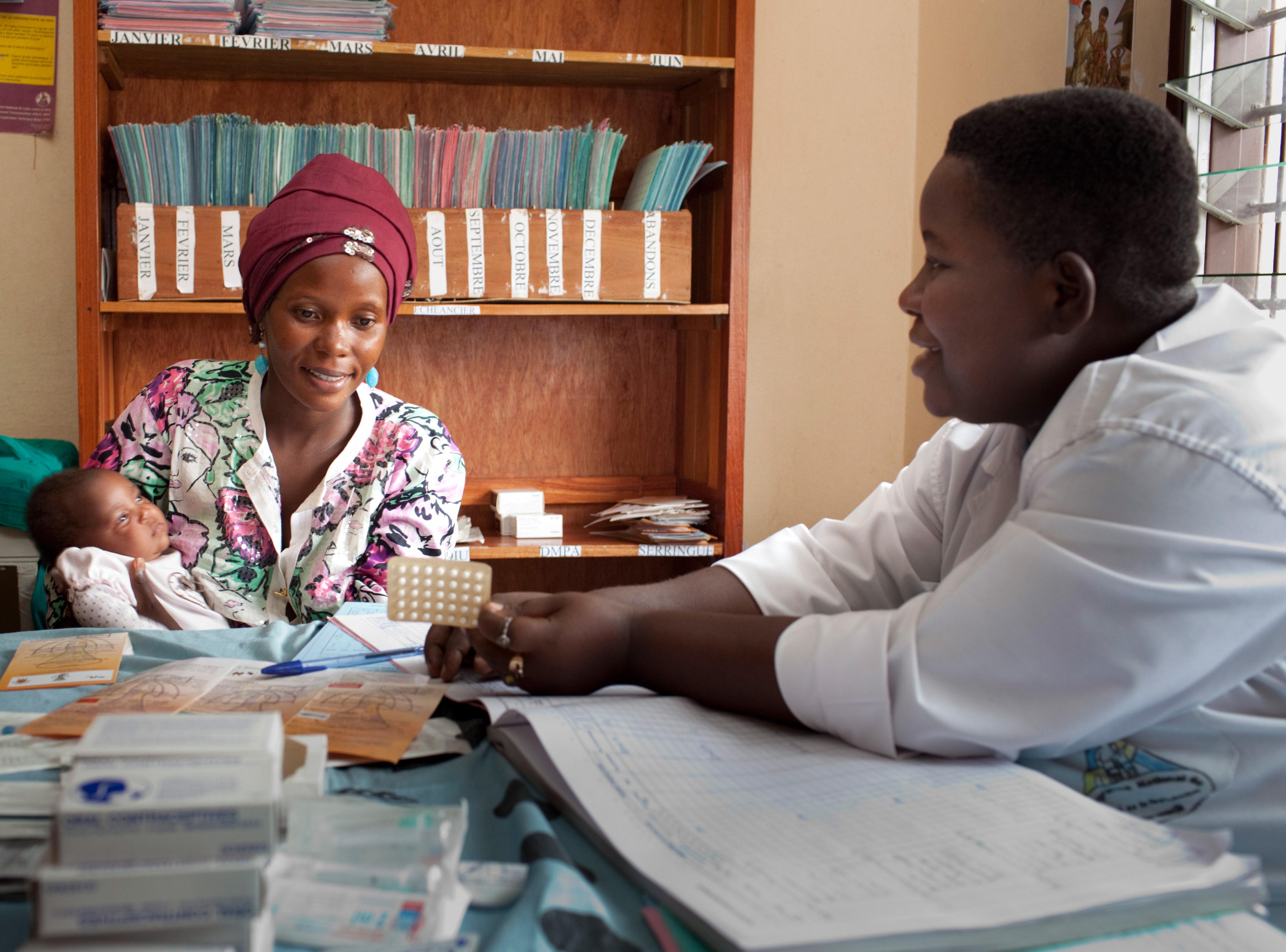 Verhütungsmittel-Beratung in einer Gesundheitsstation in Bujumbura, Burundi.