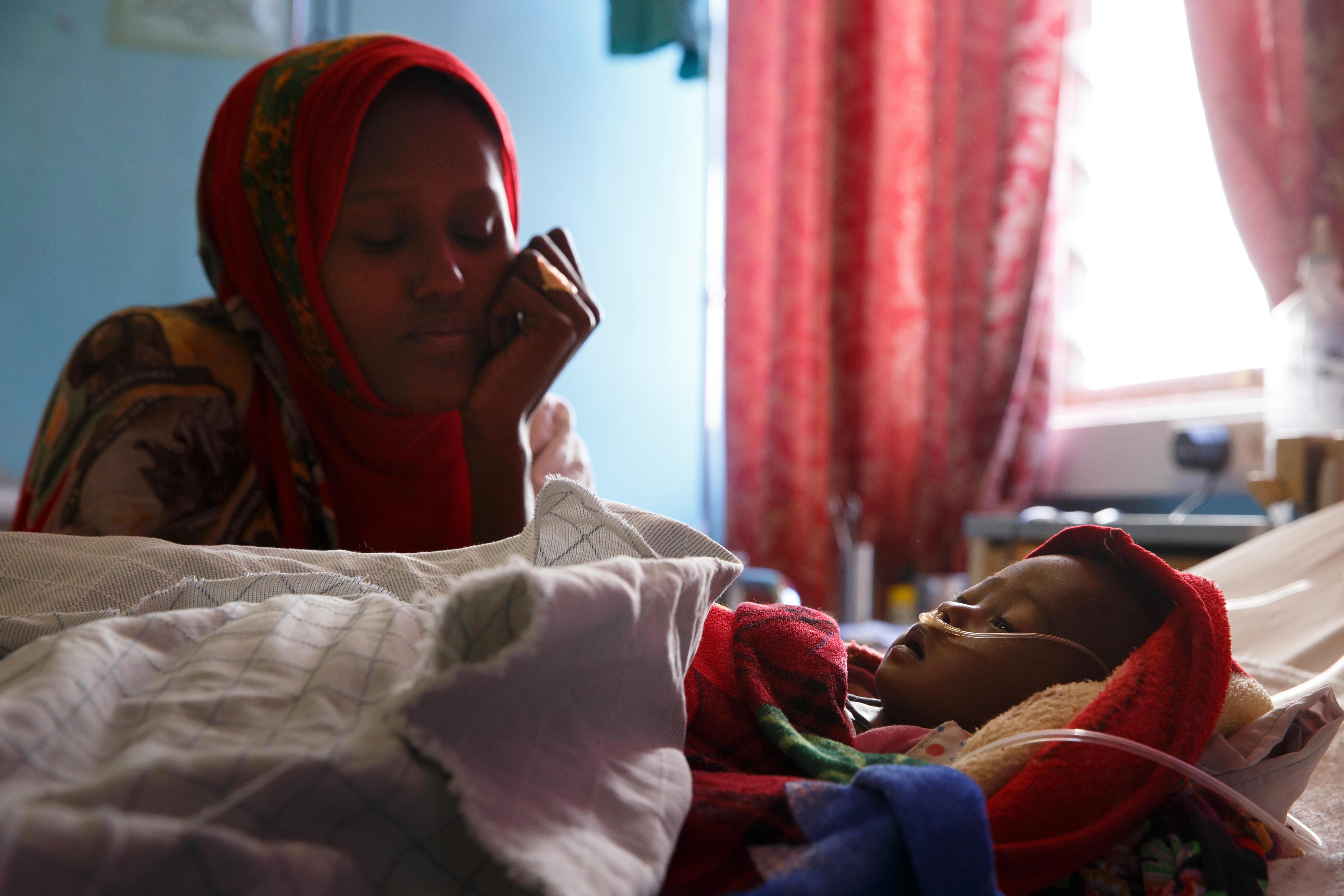 Mutter und Kind in einem Kinderkrankenhaus in Eritrea