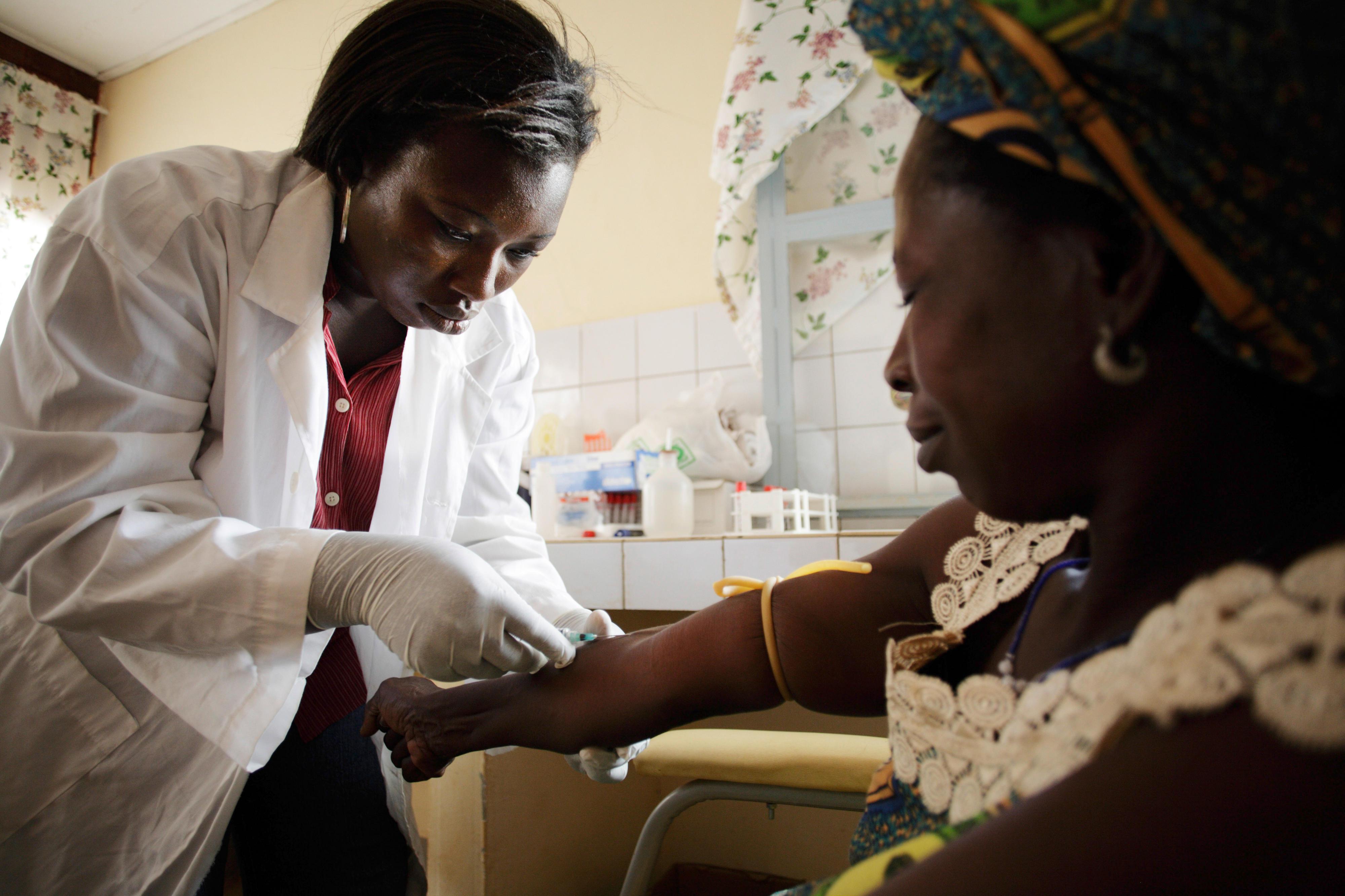 Entnahme einer Blutprobe in einem Krankenhaus in Burkina Faso
