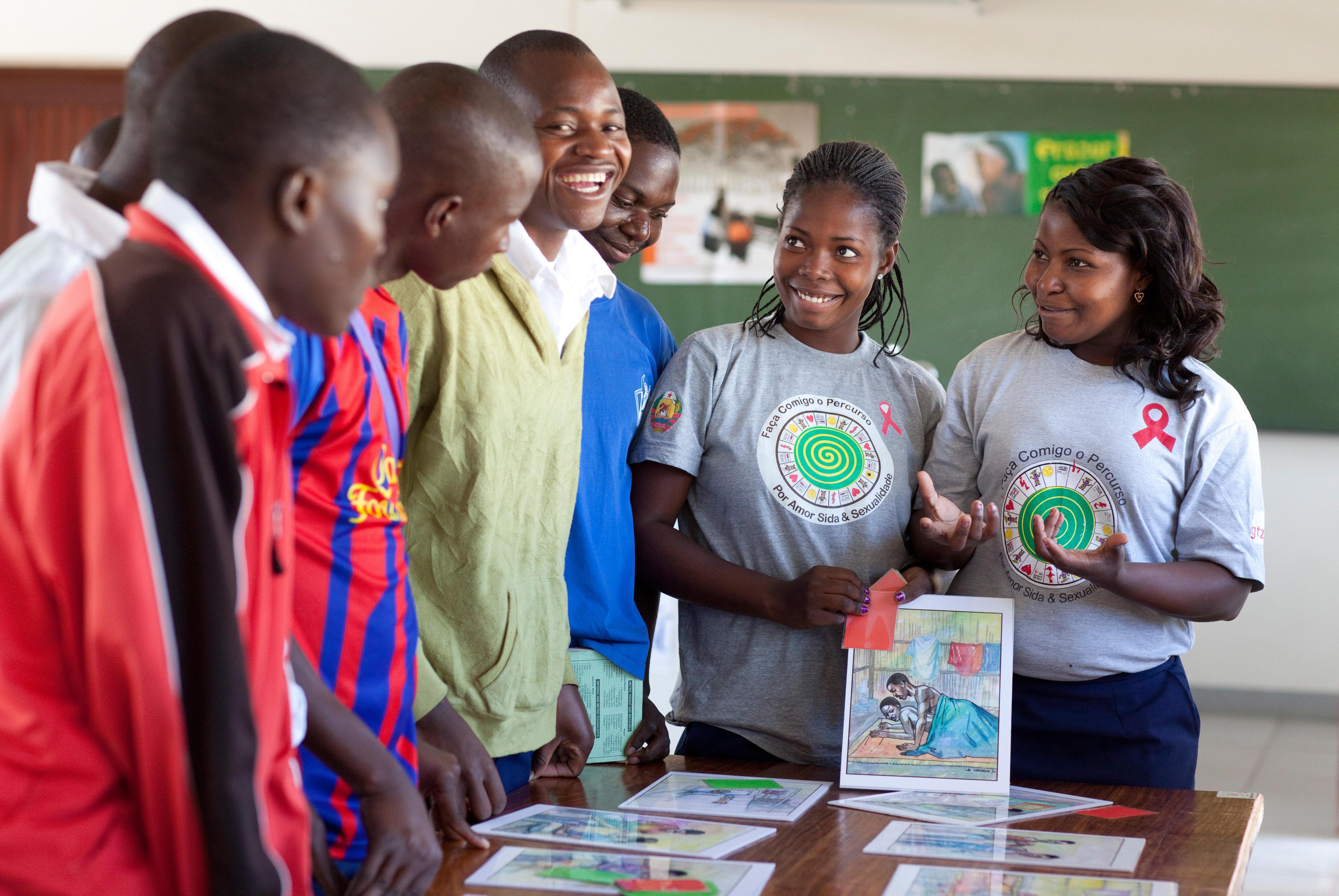 Angehende Lehrerinnen in Mosambik informieren Kollegen über die Risiken einer HIV-Infektion