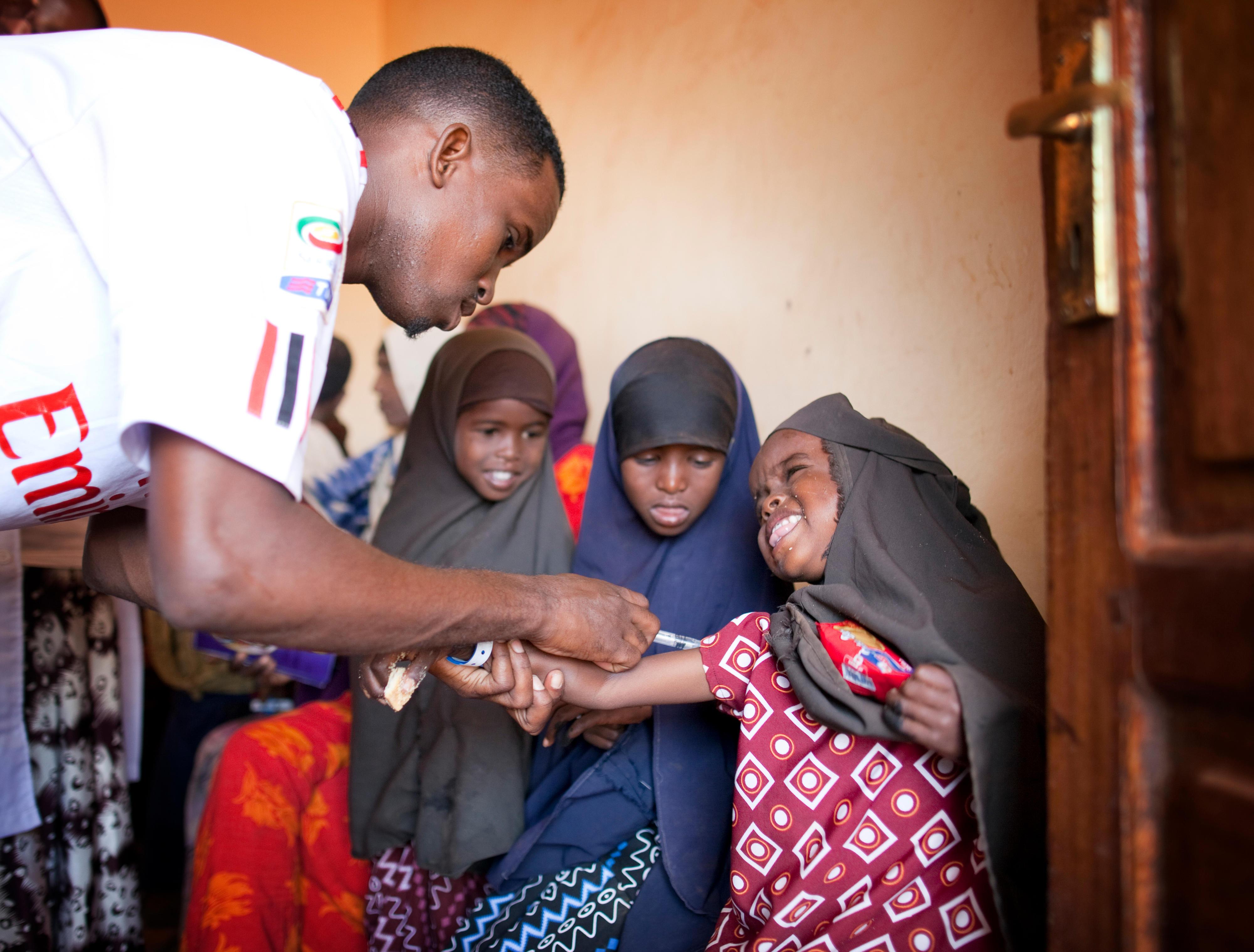 Im Flüchtlingslager in Dadaab, Kenia, werden neu angekommene Kinder geimpft.