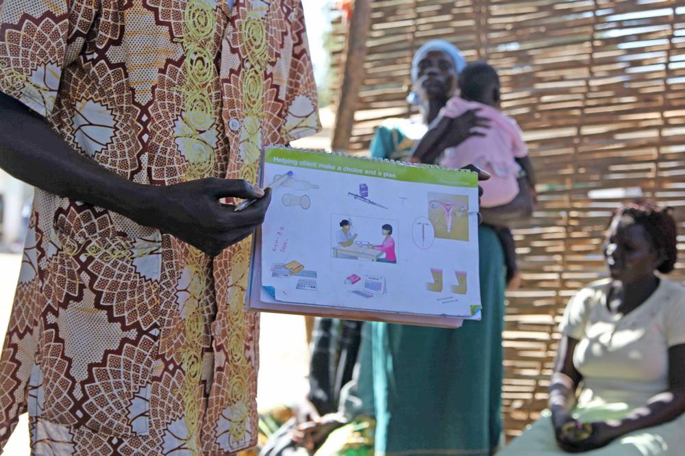 Ein Gesundheitshelfer in Juba, Südsudan, erklärt Methoden der Empfängnisverhütung.