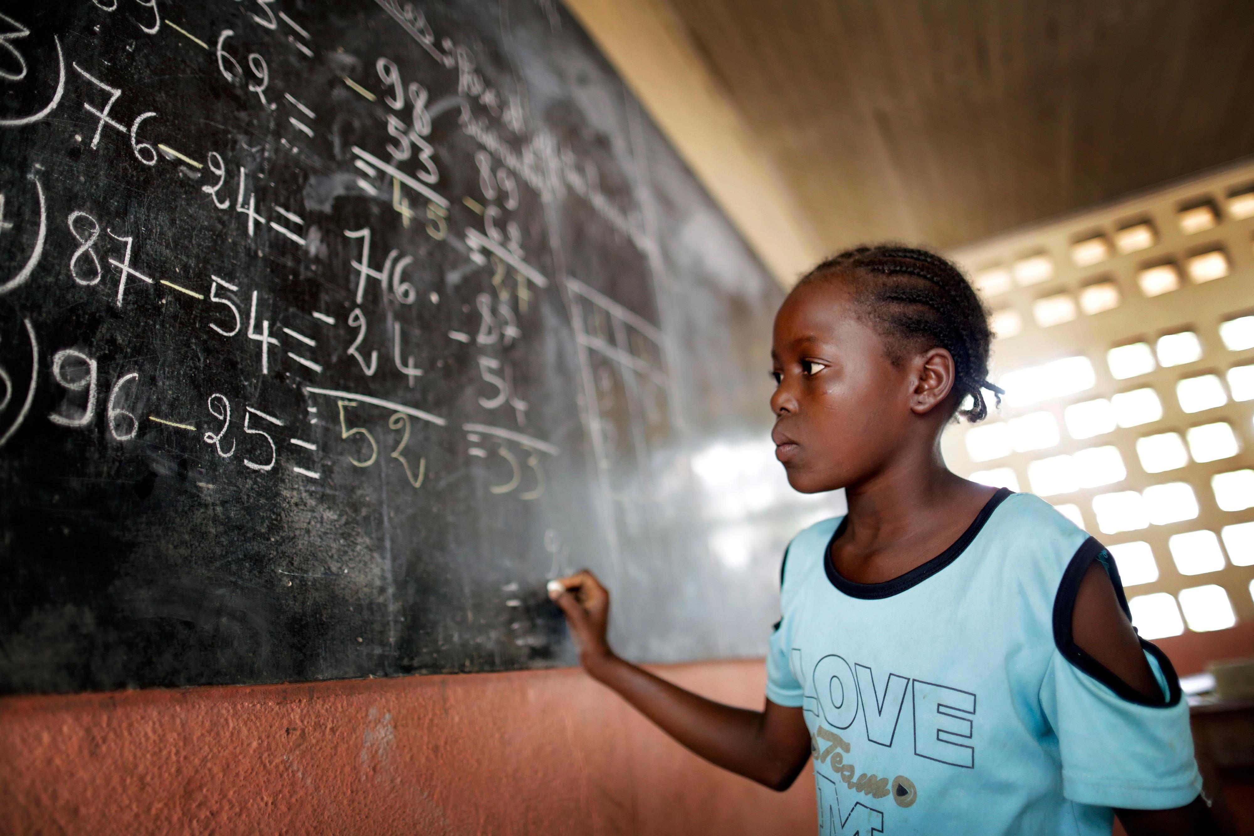 Ein Mädchen im Schulunterricht im Flüchtlingslager Saint Sauveur in Bangui, Zentralafrikanische Republik