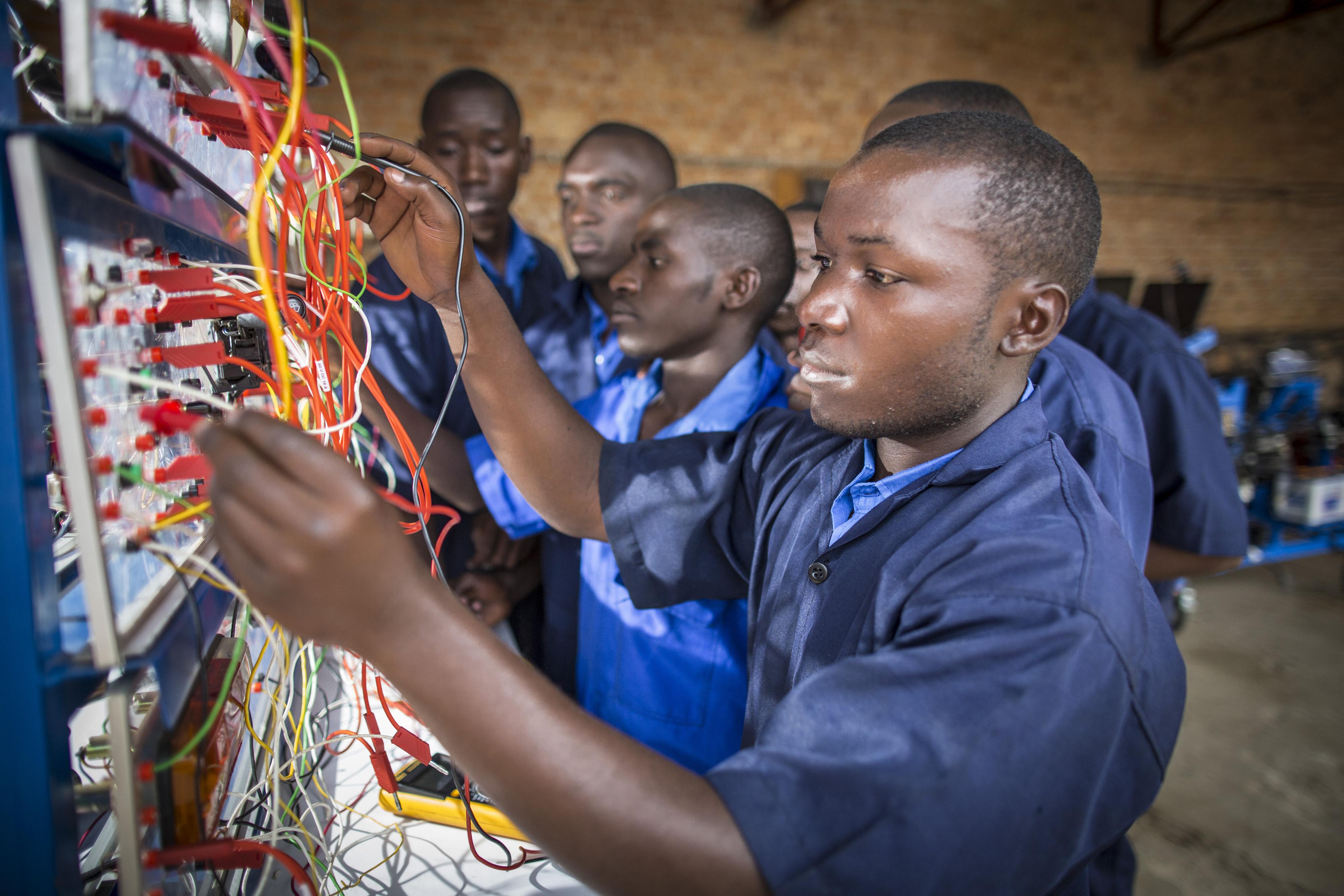 Schüler der Berufsschule ETEKA im ruandischen Kabgayi Ruanda arbeiten an einem elektrischen Schaltsystem.