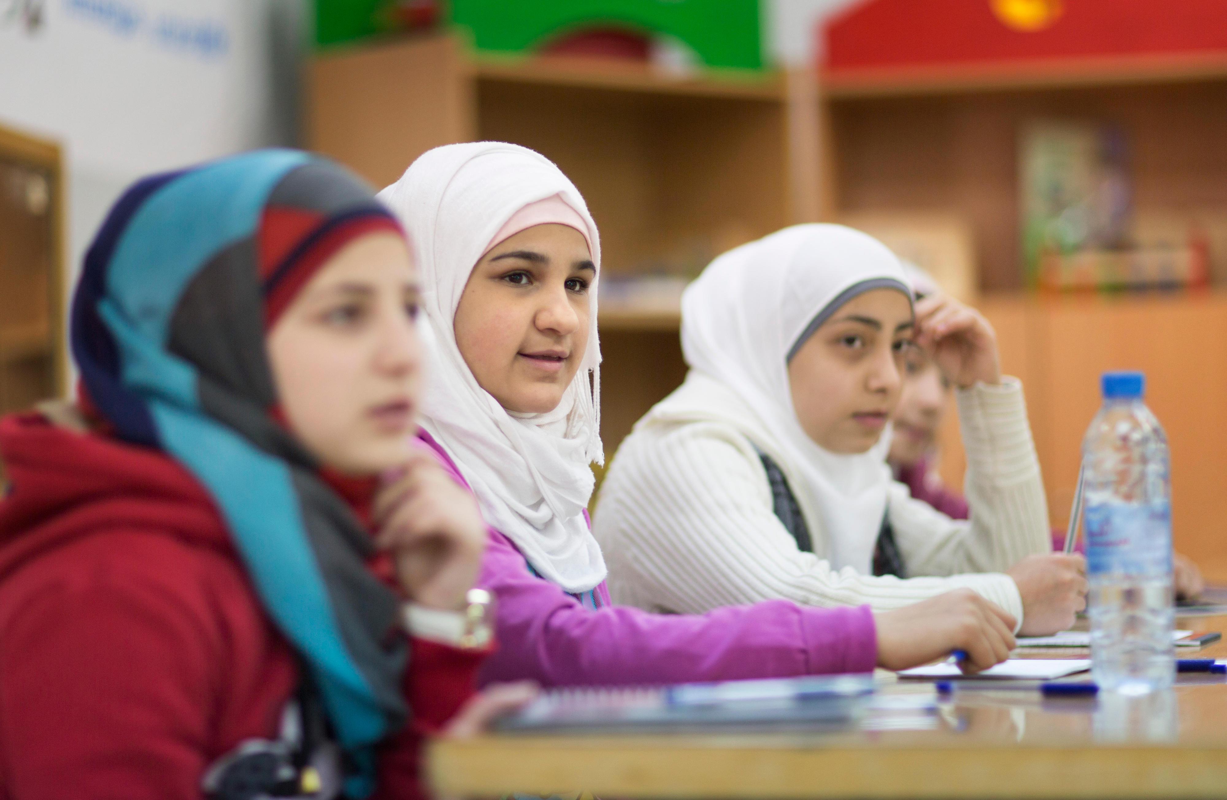 Schulunterricht für Mädchen in einer Kinder- und Familienschutzzone für syrische Flüchtlinge in Hashemi al-Shimali in Jordanien