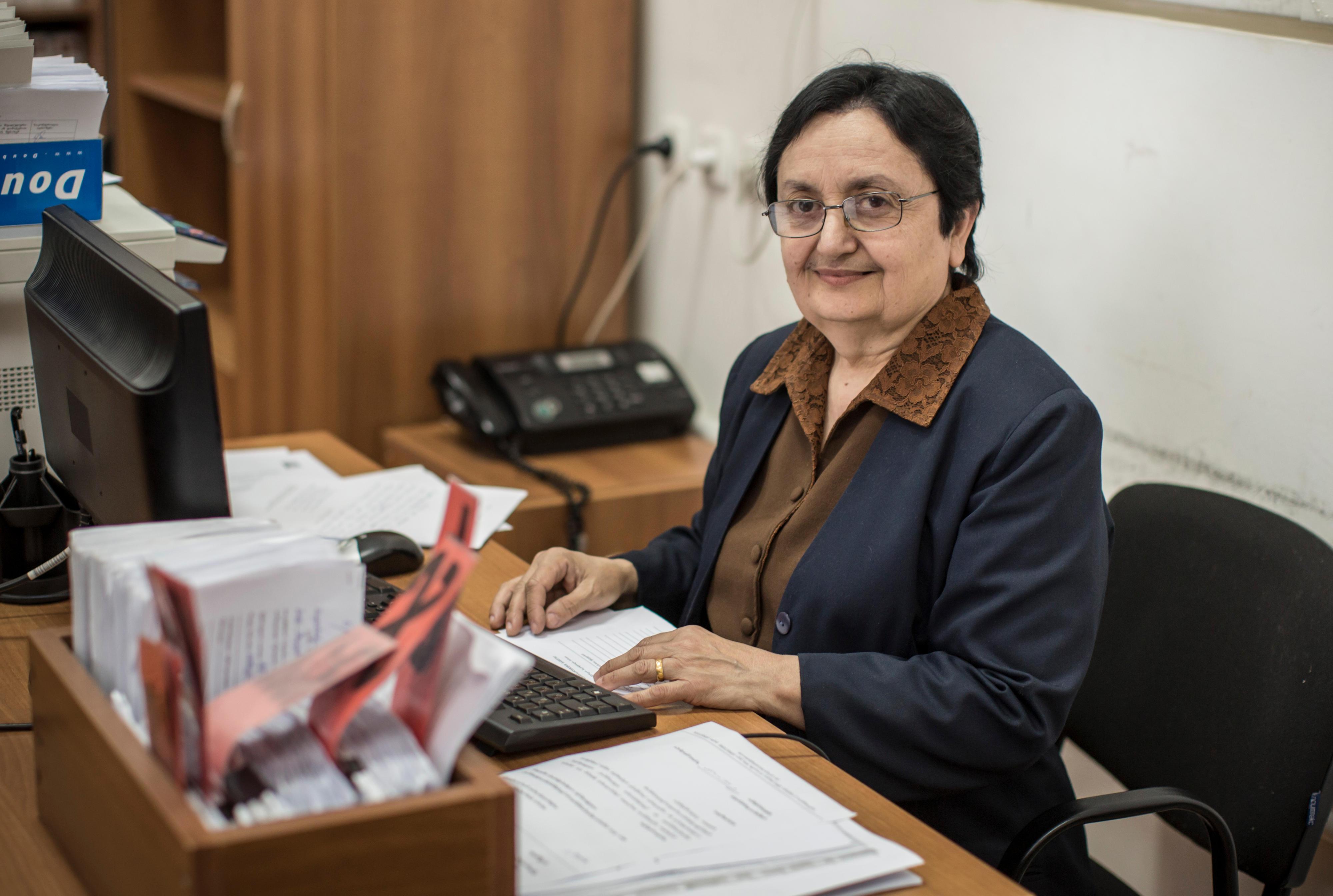 Mitarbeiterin eines Bürgerbüros in der Gemeinde Telavi in Georgien