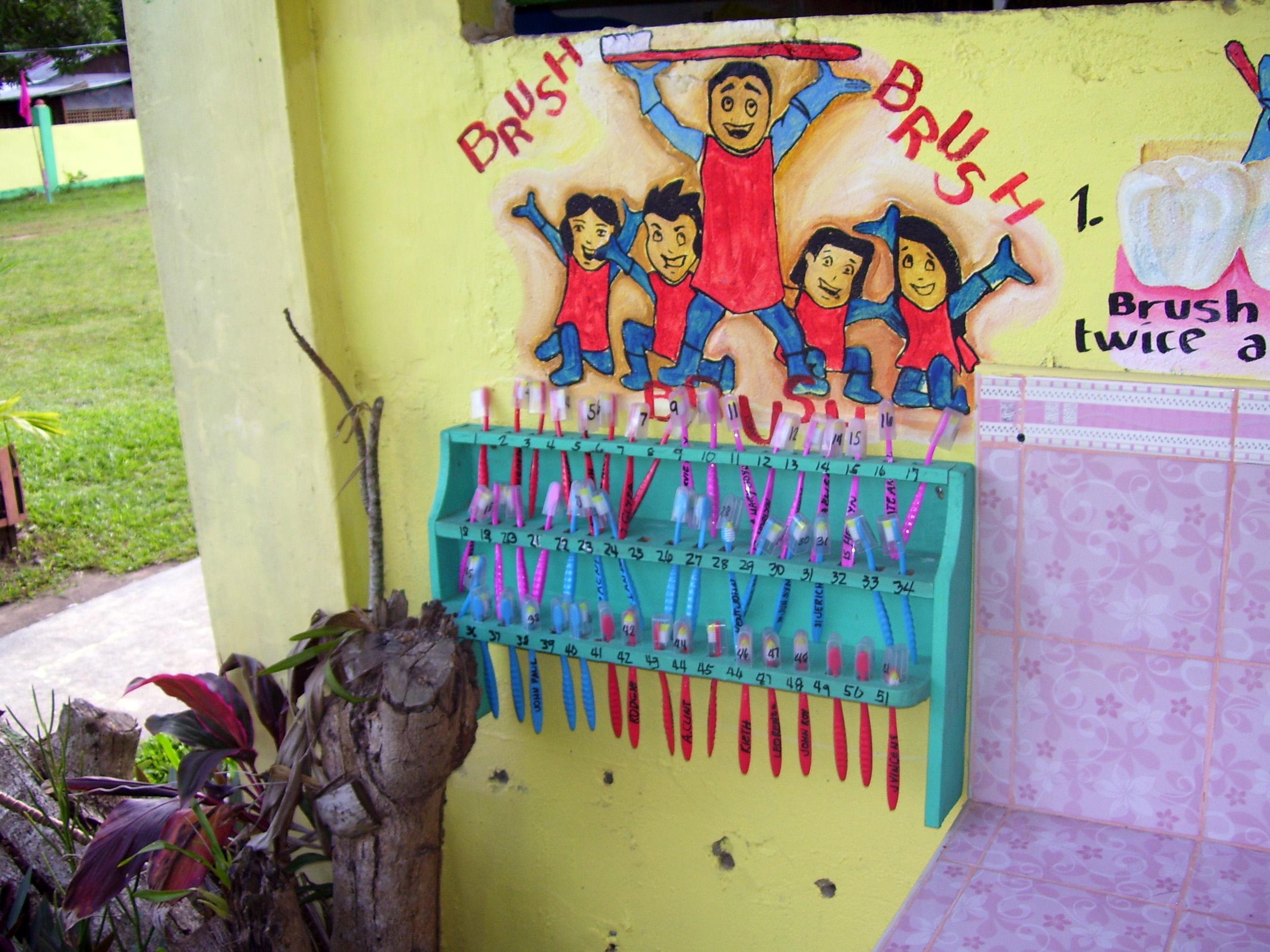 Zahnbürsten von Schülern in einer philippinischen Grundschule