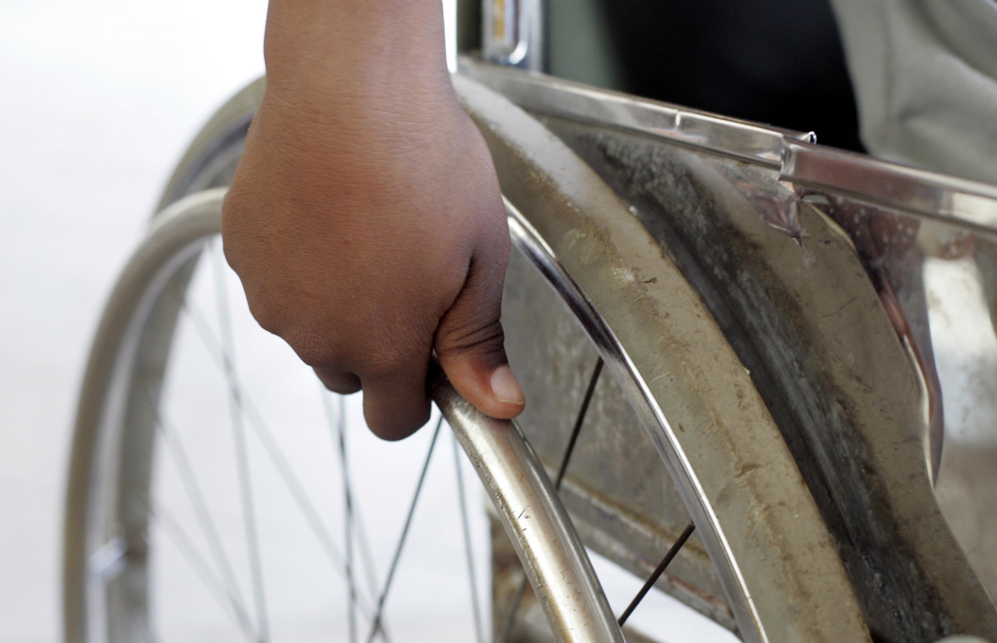 Zwei Jungen mit Gehbehinderungen in Daressalam, Tansania