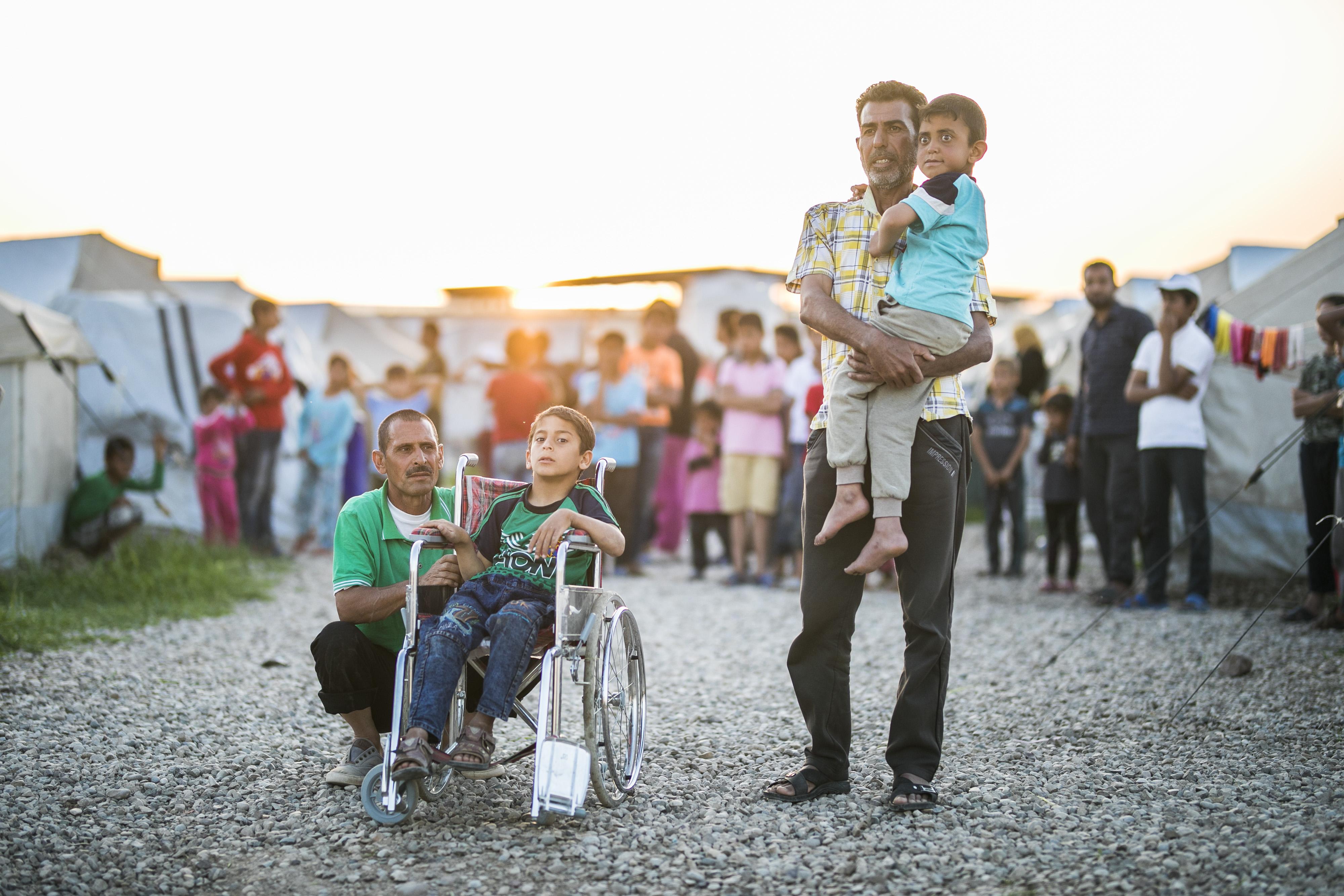 Zwei Kinder mit Behinderung in einem Flüchtlingslager im Irak