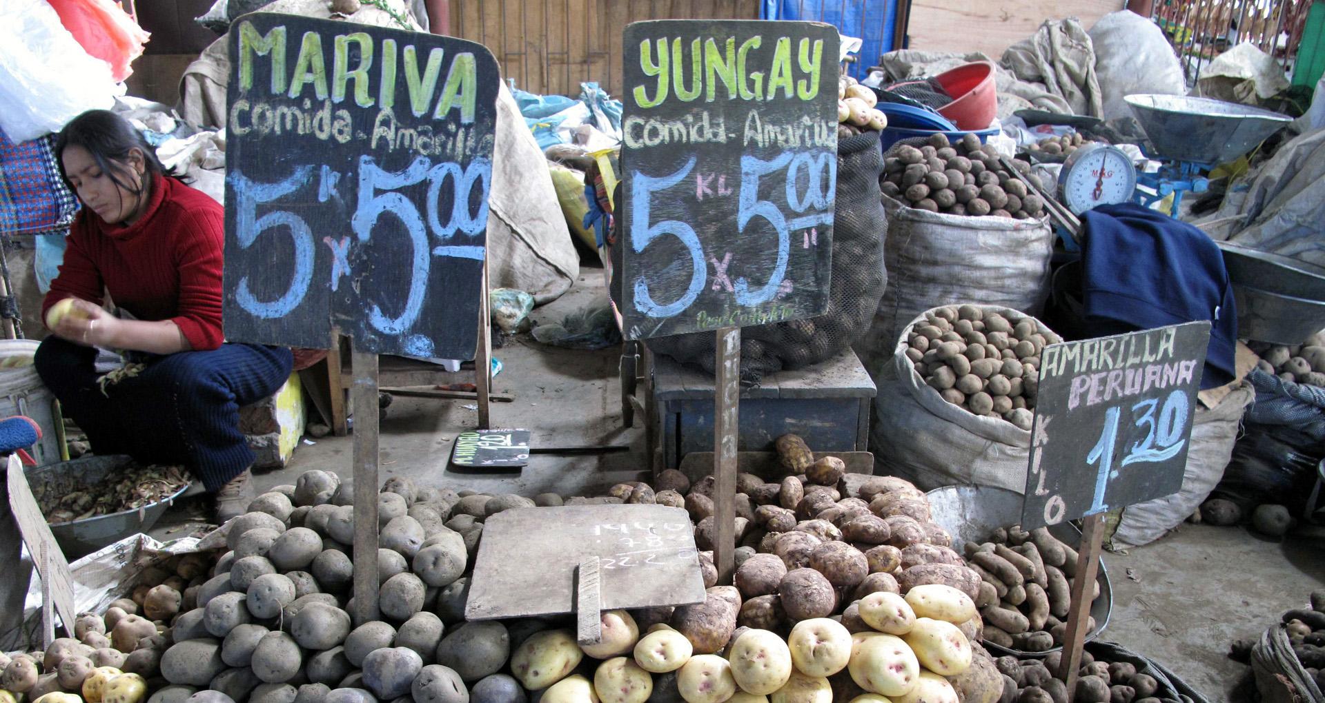 Kartoffelsorten auf einem Markt in Cusco, Peru