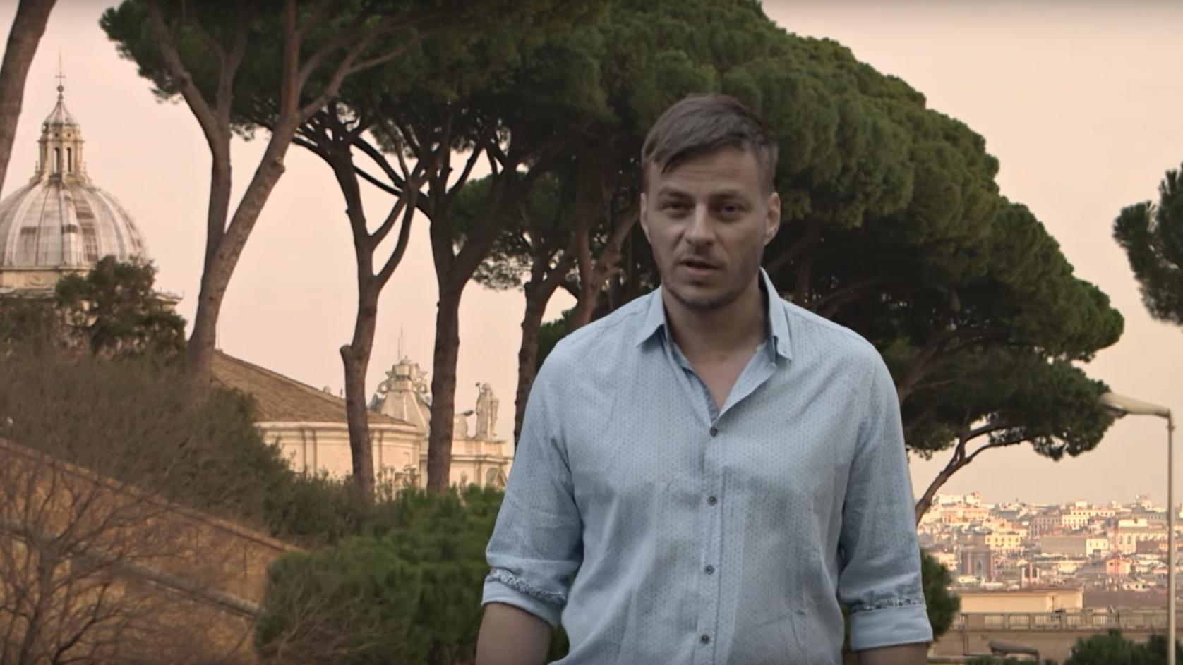"""Standbild aus dem Video """"Tom Wlaschiha: Religion und Entwicklungszusammenarbeit"""""""