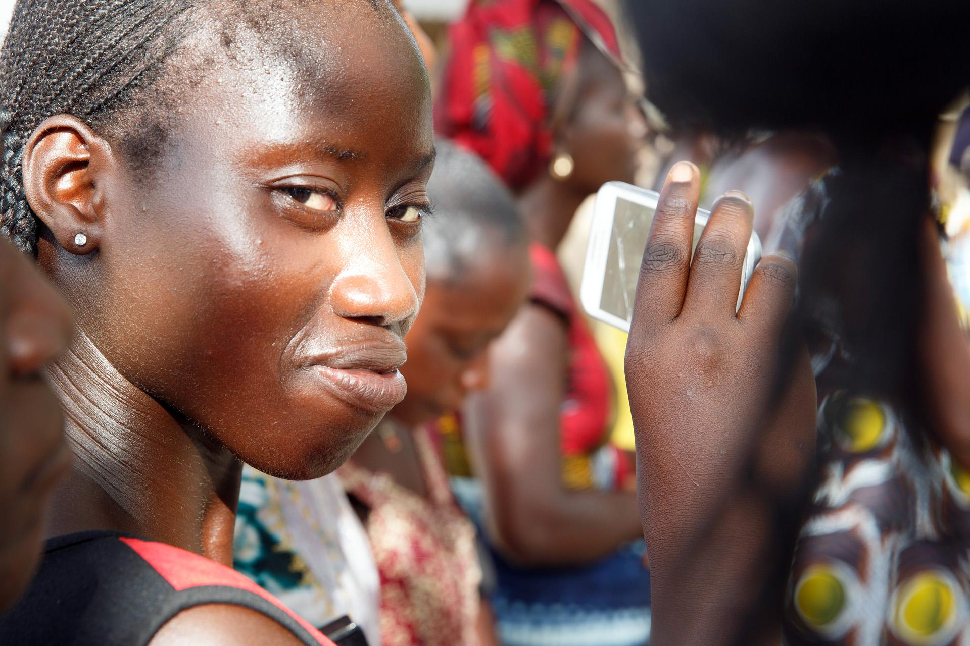 Eine junge Frau im Senegal mit einem Mobiltelefon