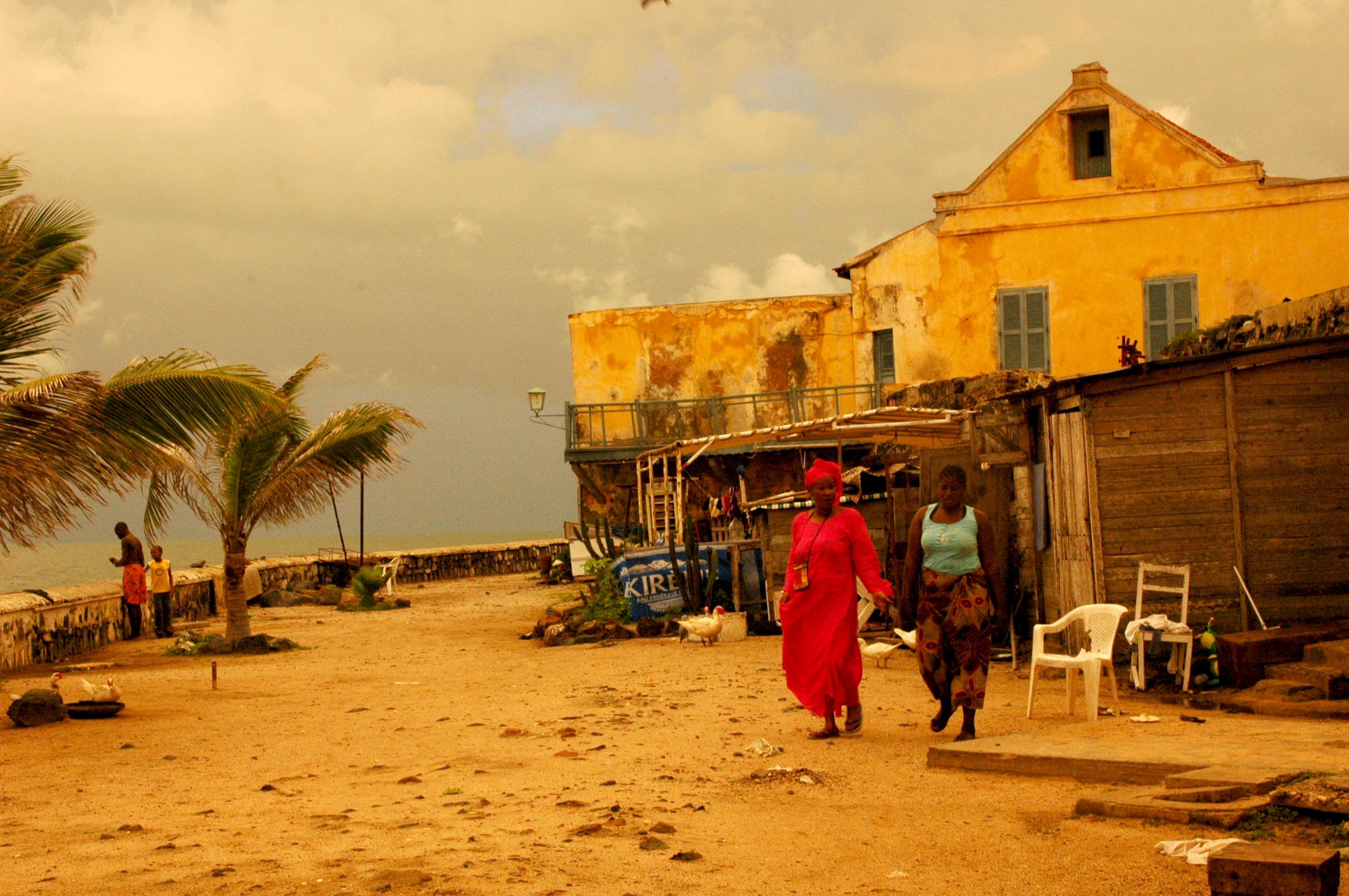 Zwei Frauen an der Küste bei Dakar