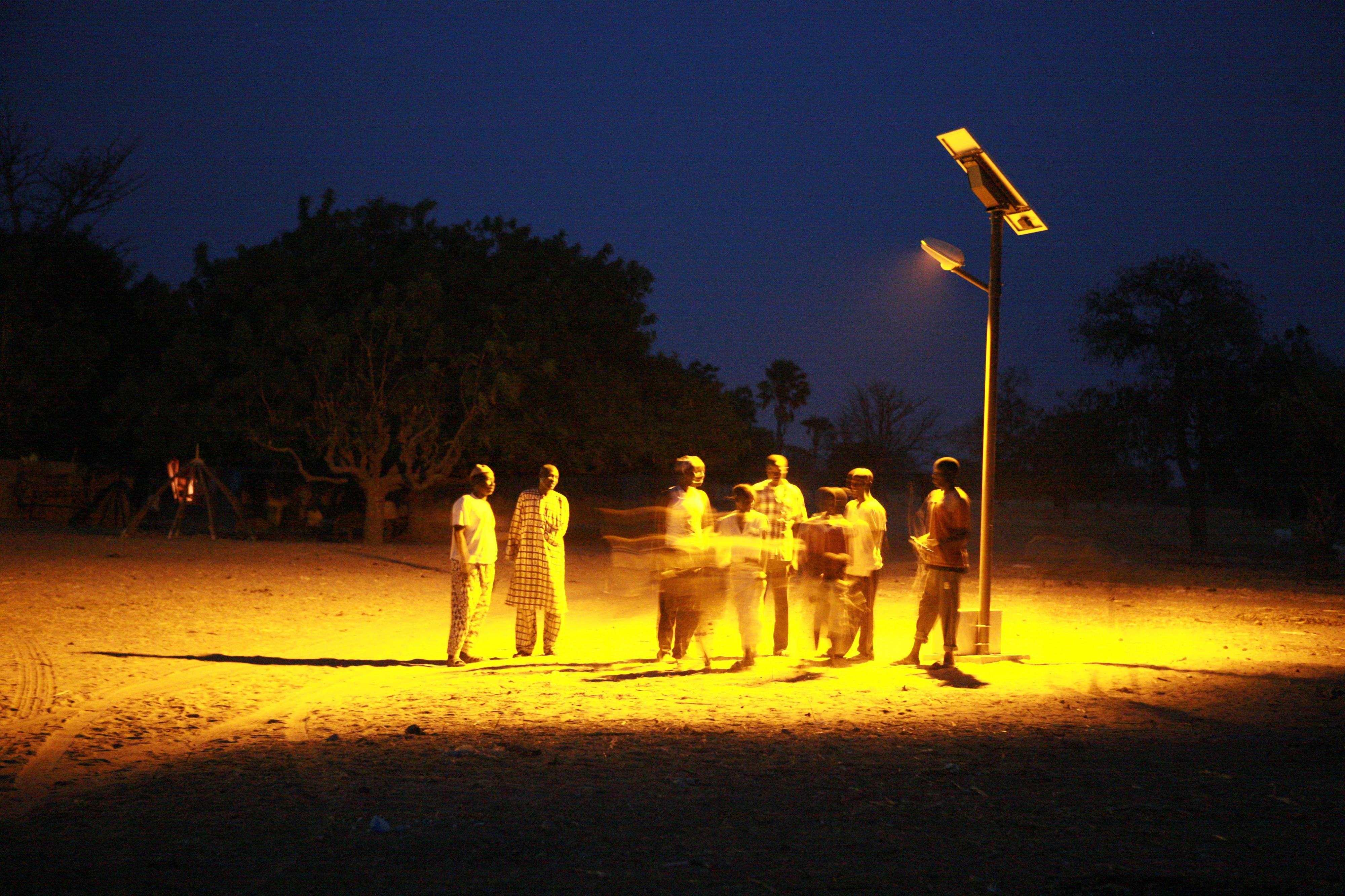 Straßenbeleuchtung durch ein solargetriebenes Mini-Stromnetz in einem Dorf in Senegal