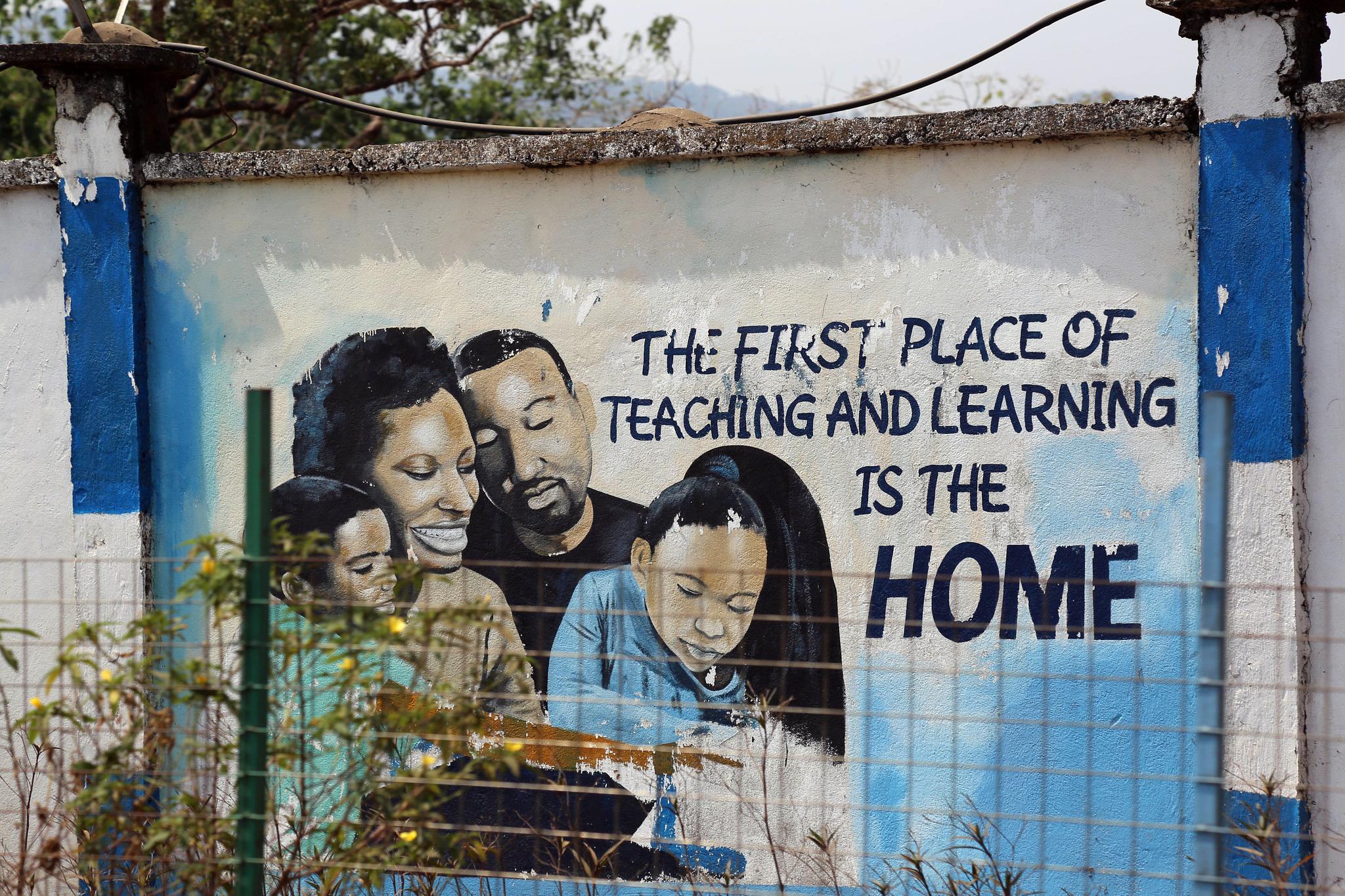 Positive Botschaft an der Wand einer pädagogischen Hochschule in Freetown, Sierra Leone