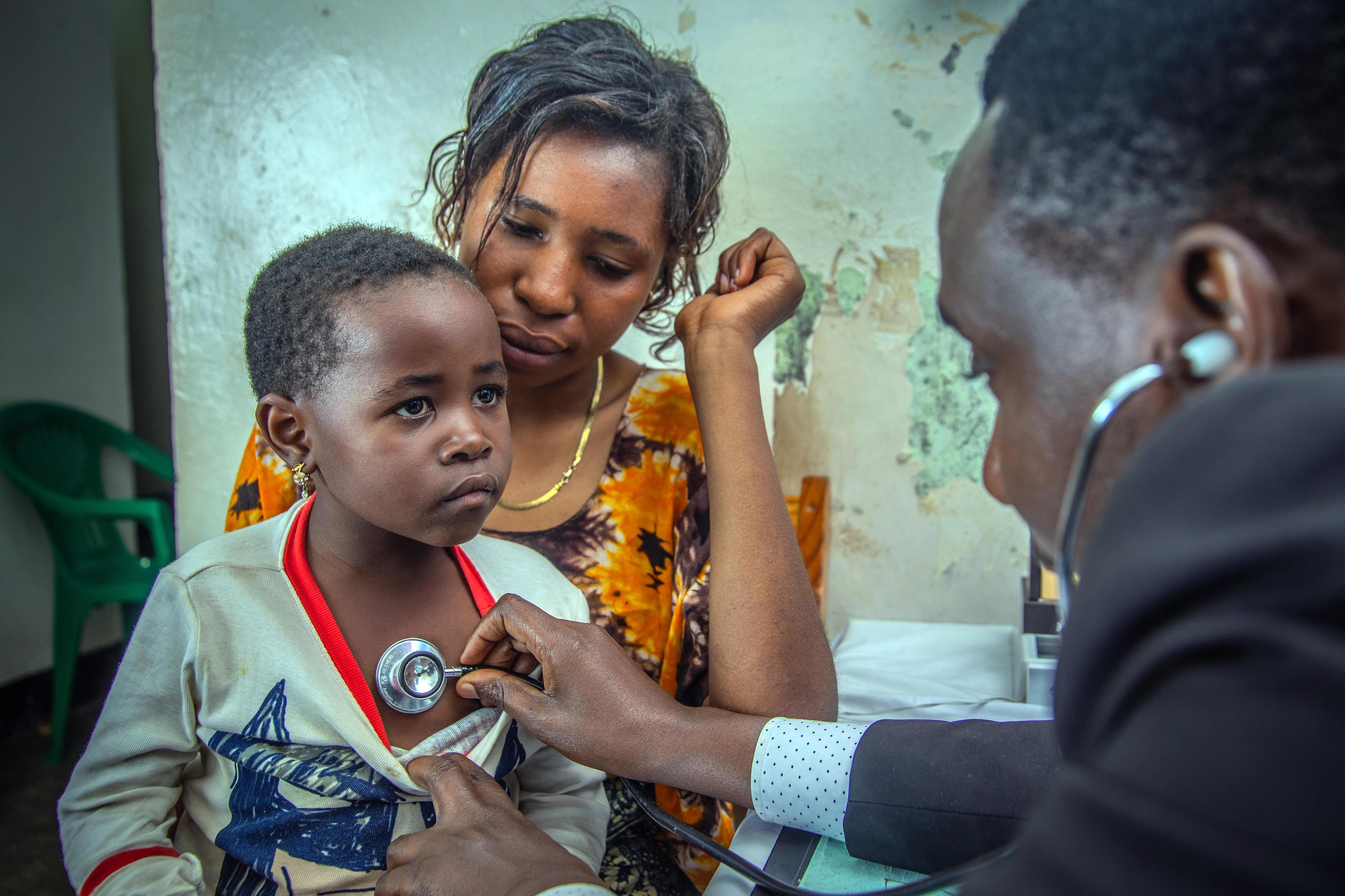 Eine Mutter lässt ihr neugeborenes Kind medizinisch untersuchen