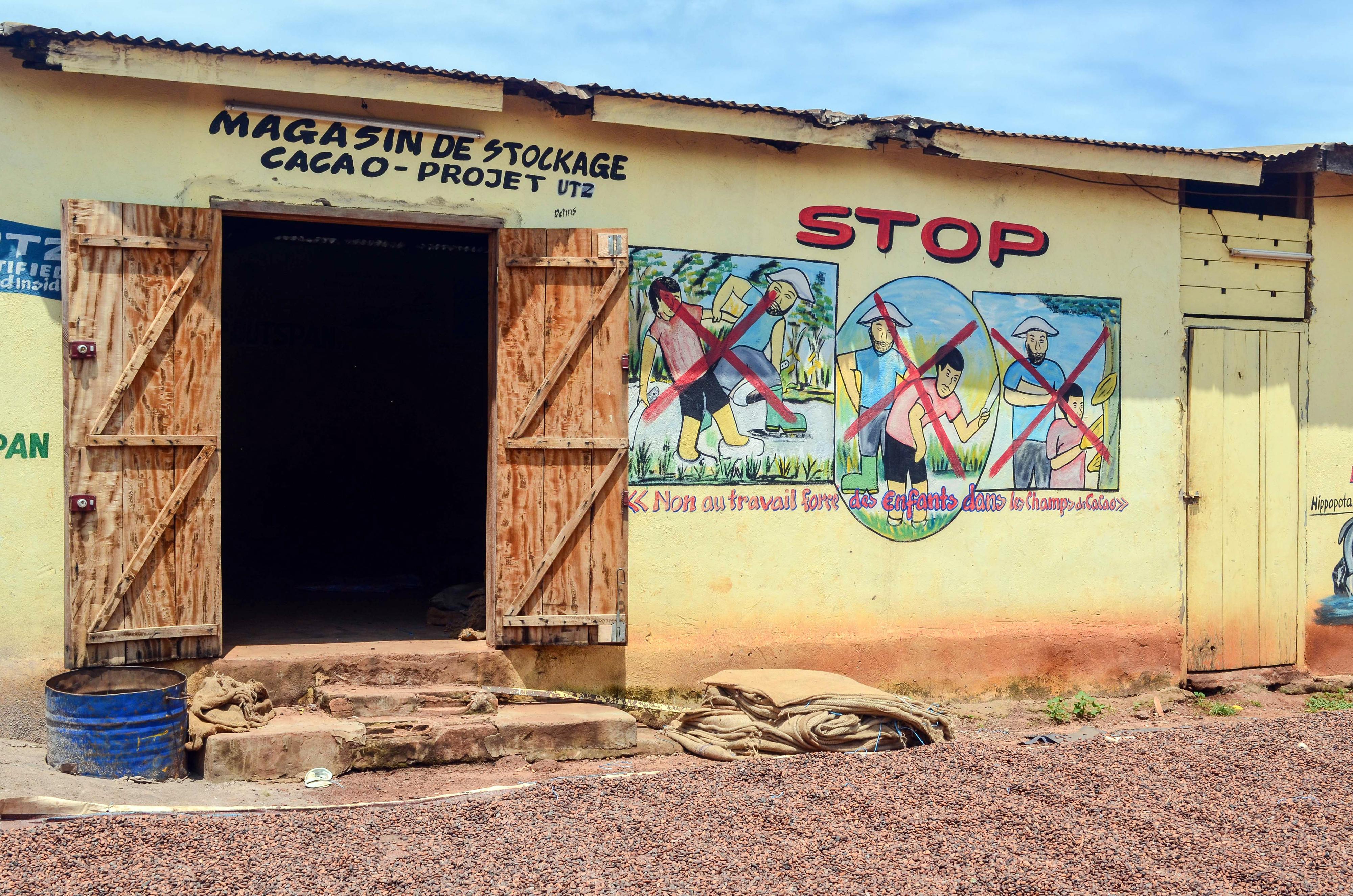 Kinder vor einem Lagergebäude einer Kakao-Kooperative in Côte d'Ivoire