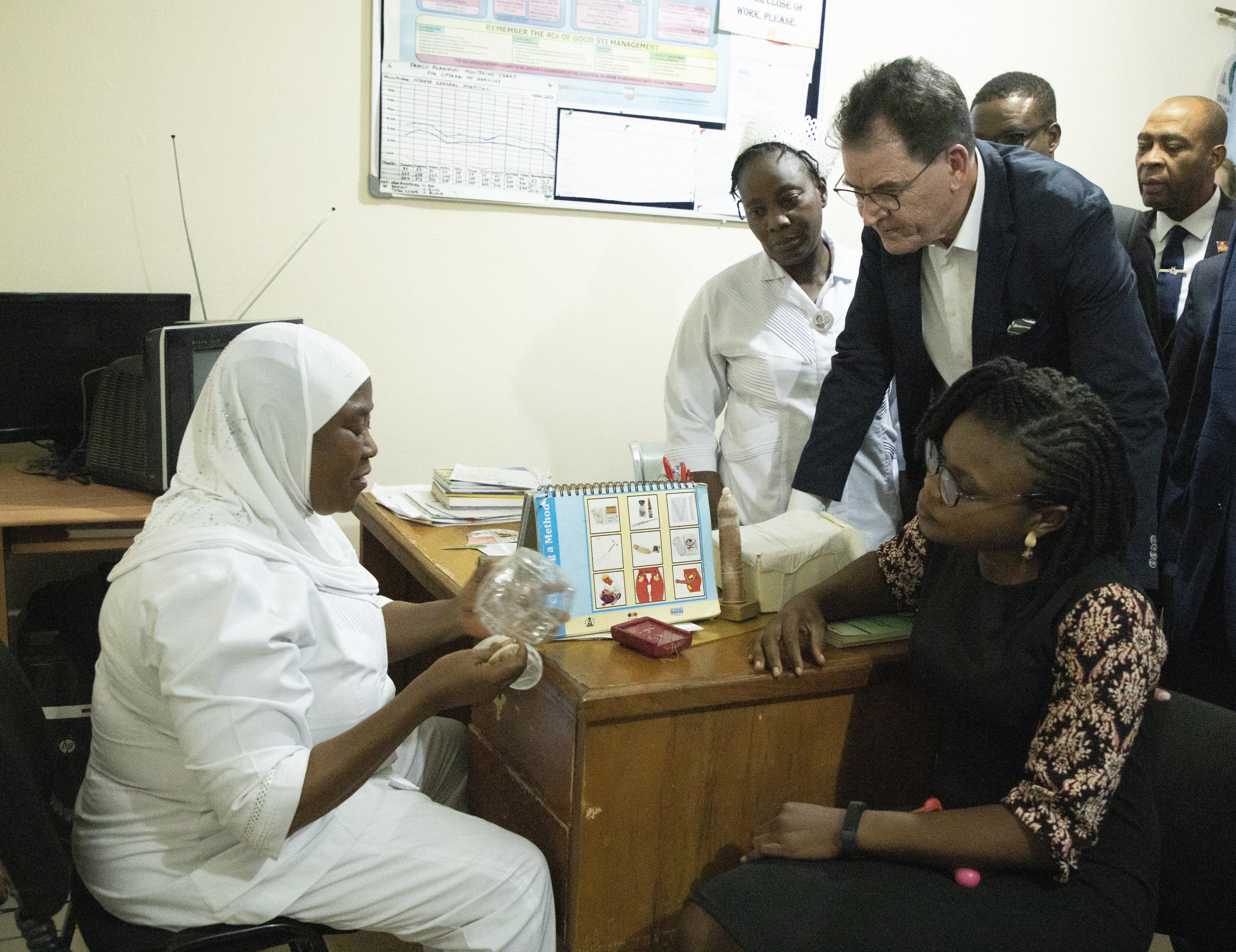 Bundesentwicklungsminister Gerd Müller besucht das Nyanya General Hospital in Abuja, Nigeria.