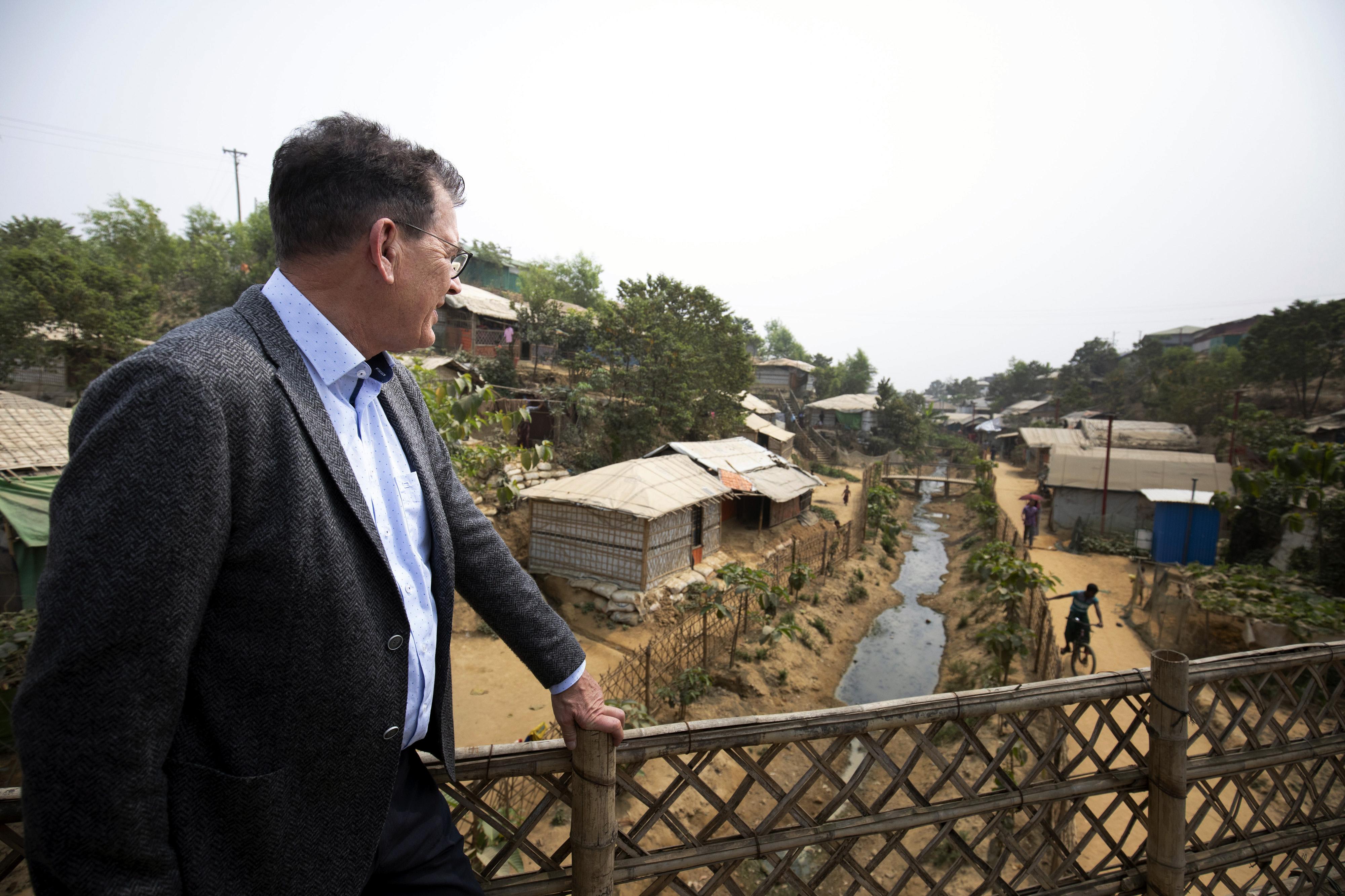 Bundesentwicklungsminister Gerd Müller beim Besuch des Flüchtlingslagers Kutupalong in Cox Bazar, Bangladesch im Februar 2020. Dort leben rund 600.000 Mitglieder der Rohingya, die aus Myanmar geflohen sind oder vertrieben wurden.
