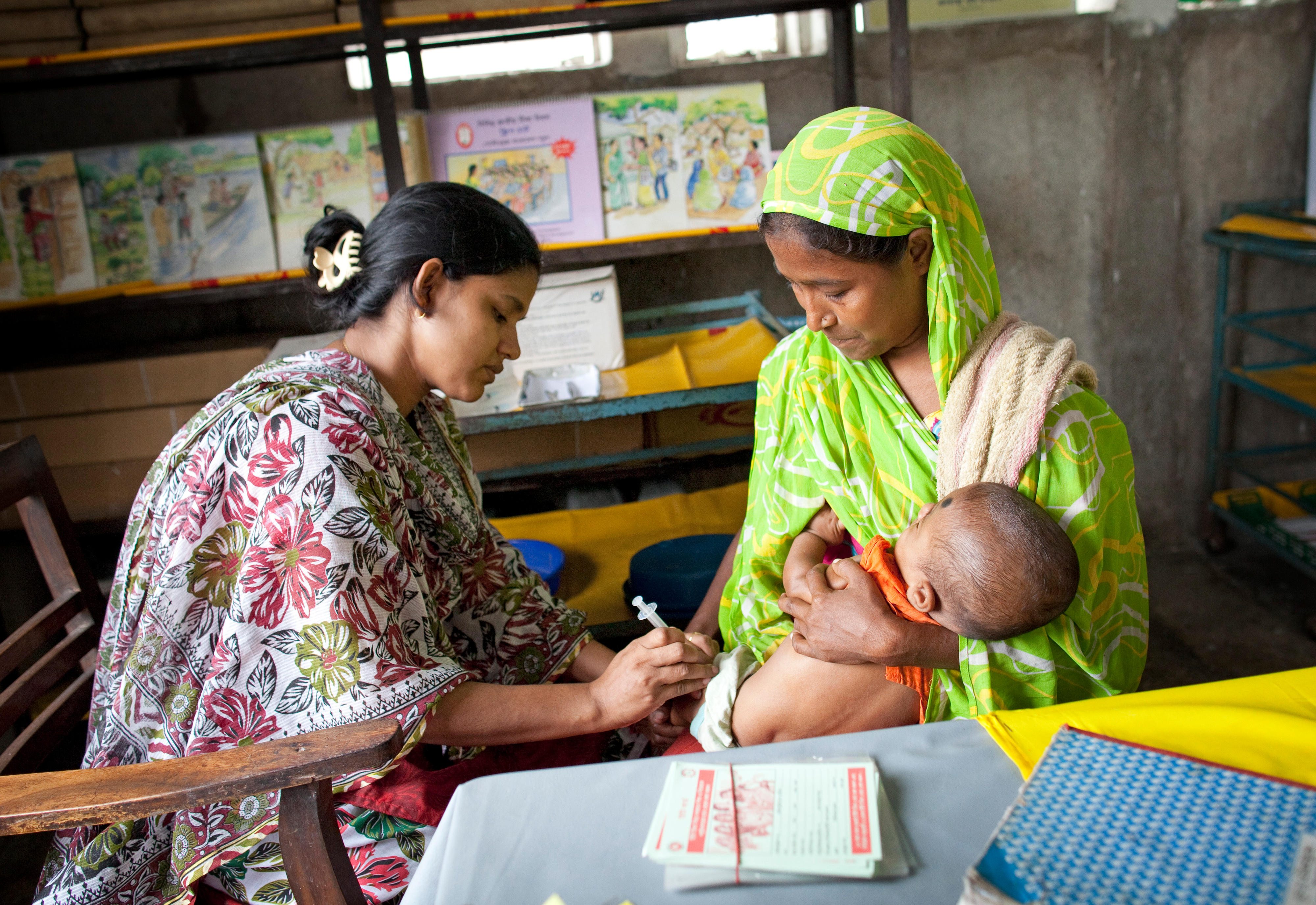 Impfung eines Kleinkindes in Bangladesch
