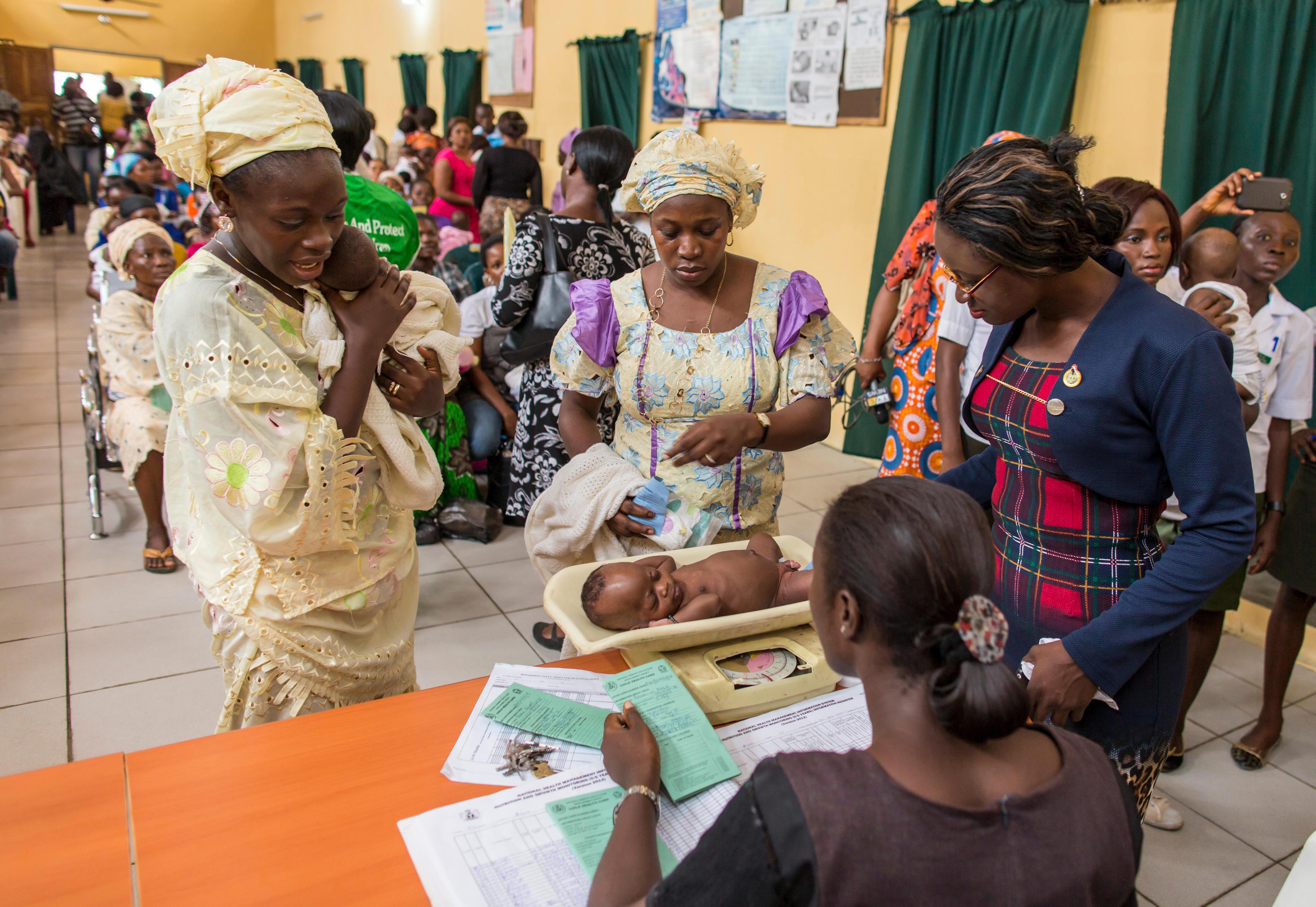 Impfung von Babys gegen Kinderlähmung (Polio) in einer Gesundheitsstation in Abeokuta, Nigeria