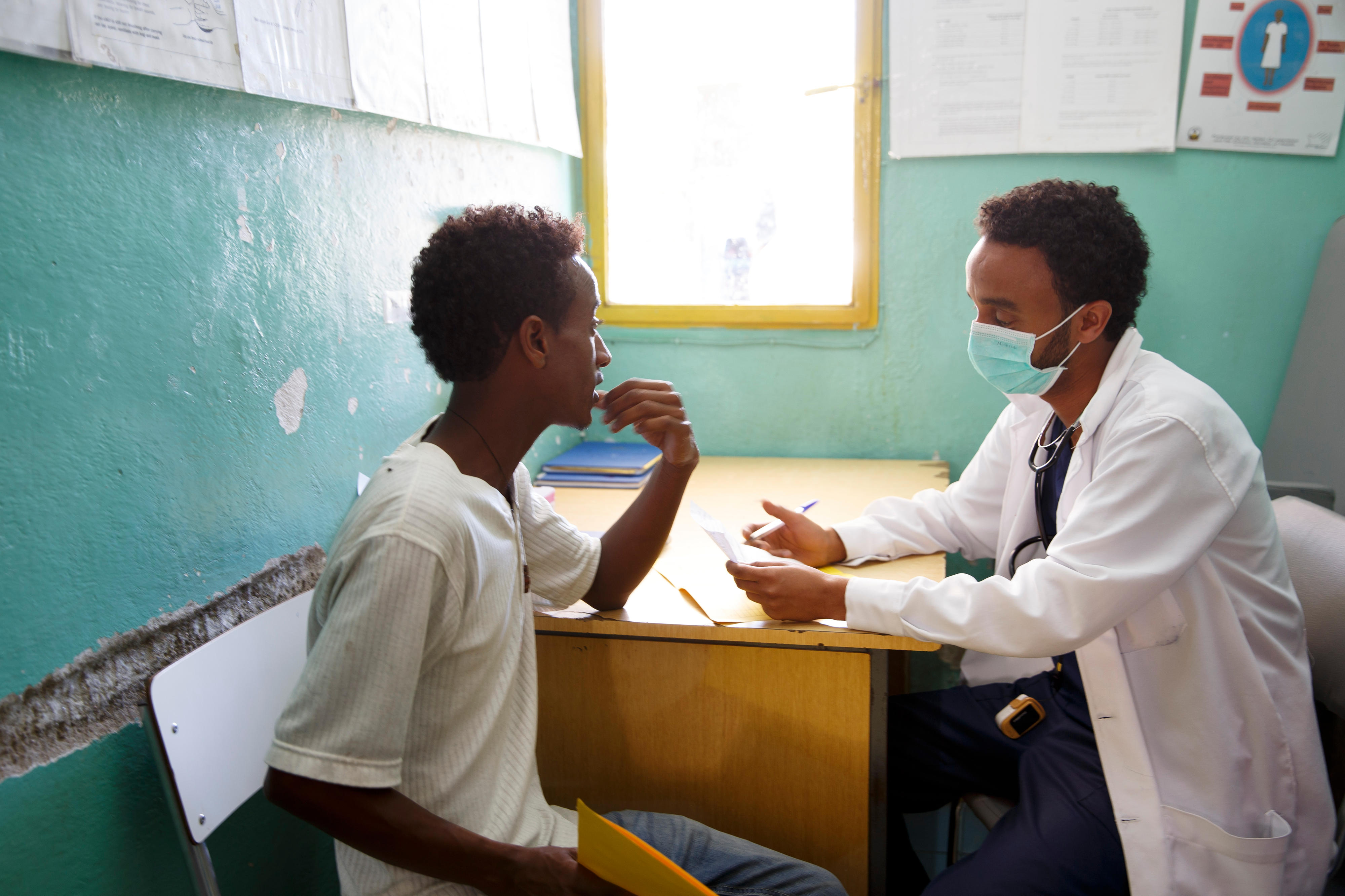 Gespräch zwischen einem Arzt und einem Patienten im Internationalen Kinderkrankenhaus in Asmara, der Hauptstadt von Eritrea