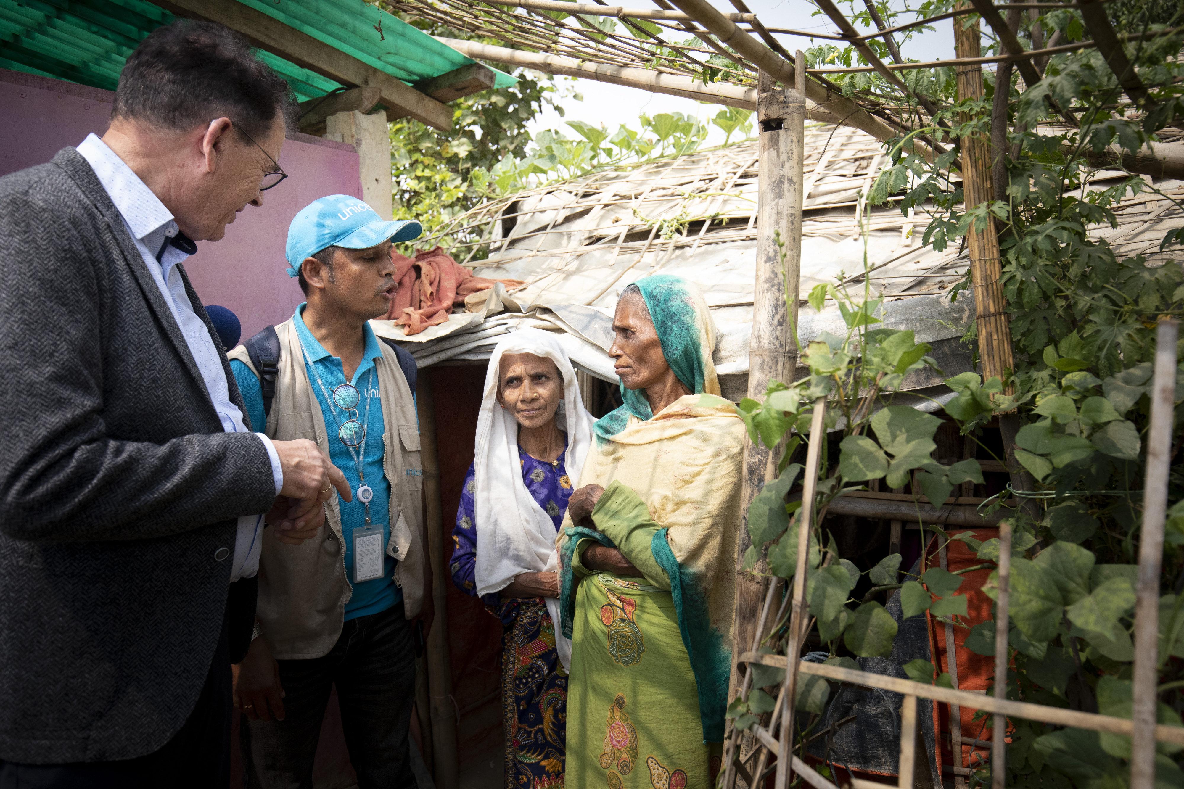Bundesentwicklungsminister Gerd Müller beim Besuch des Flüchtlingslagers Kutupalong in Cox Bazar, Bangladesch. Dort leben rund 800.000 Mitglieder der Rohingya, die aus Myanmar geflohen sind oder vertrieben wurden.